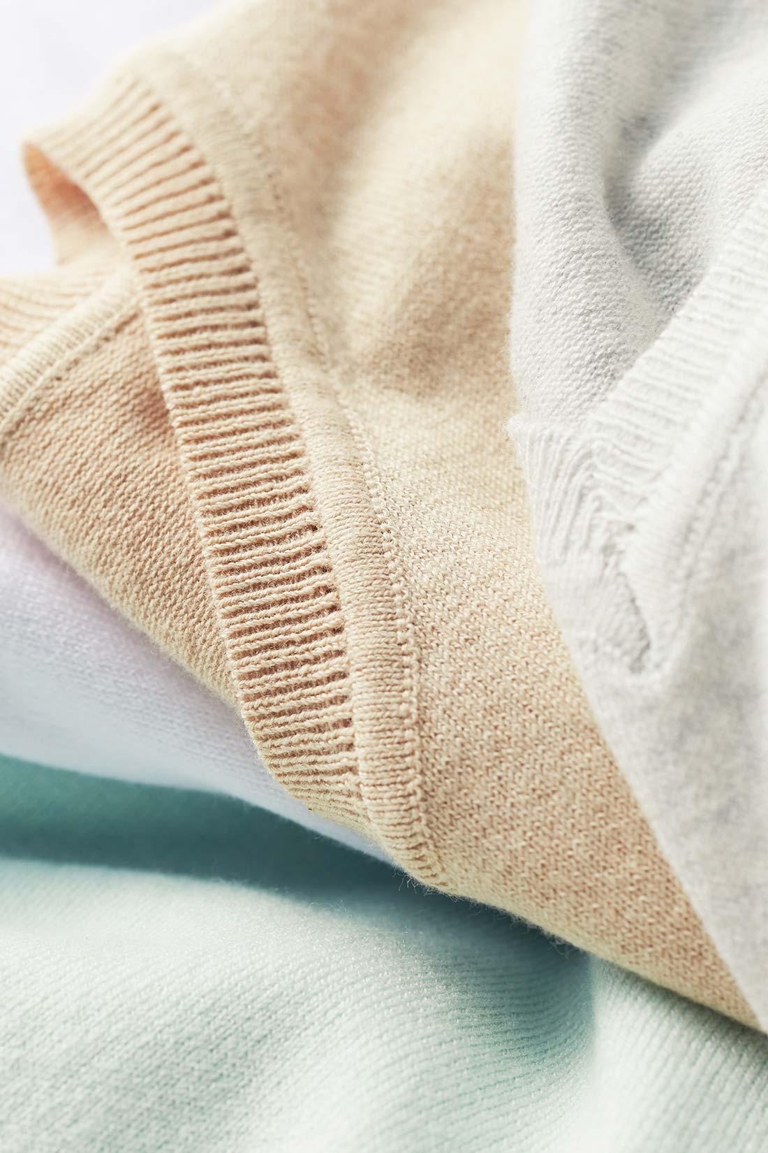 滑らかで肌ざわり抜群のシルク混素材を使用。さらに「二重臼(うす)」という目の詰まった編み地で、繊細ながらもっちりとしたぜいたくな質感が楽しめます。