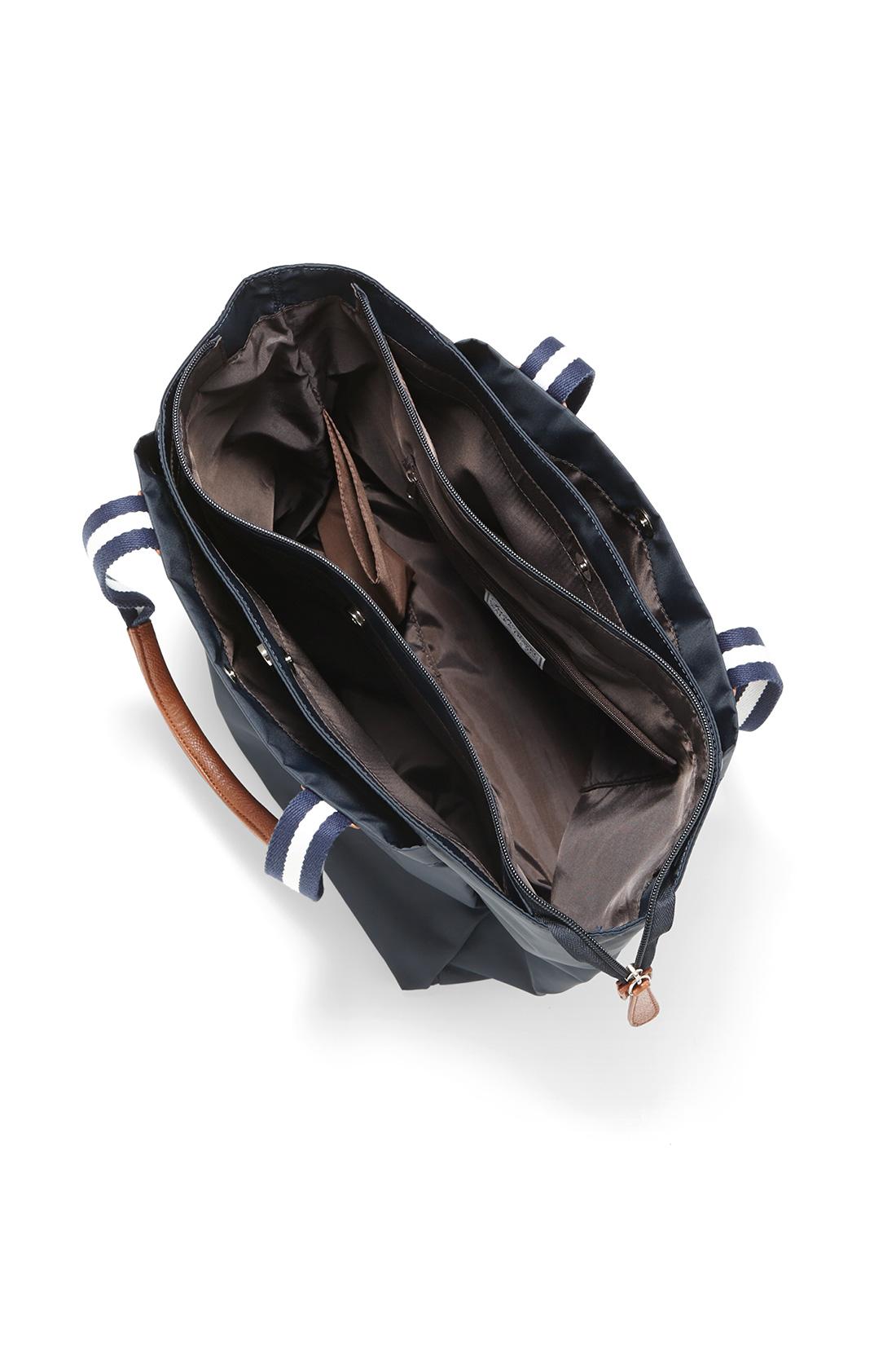 たっぷり入って、すっきりまとまる3部屋構造 ガイドブックや雑誌など、少し大きめのものがサクッと入って取り出しやすい外ポケット2つに、バッグ内迷子を防ぐ指定席ポケット3つなど、合計5つのポケットにドリンクホルダーも装備。底が幅広なので安定感があり、しっかり収まります。