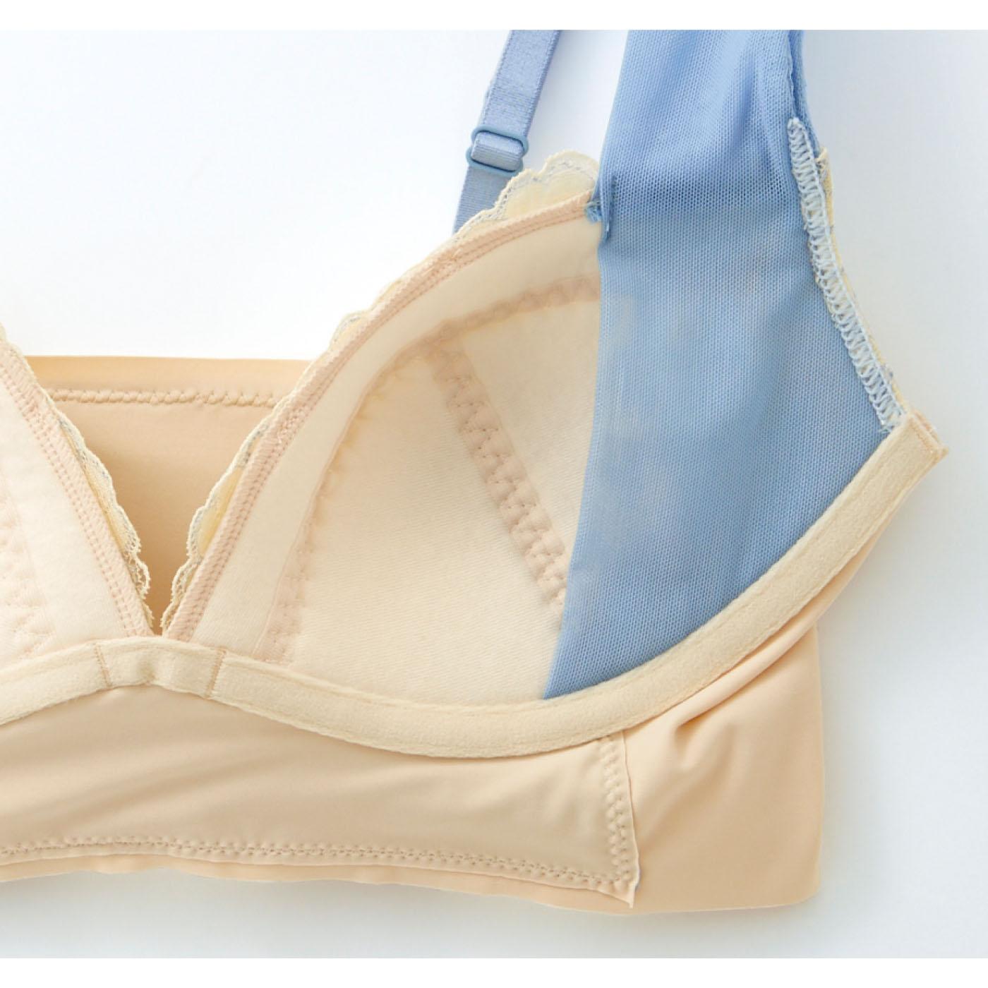 ストラップと一体になったリフトパネルが横流れを防ぎ、心地よく美胸をキープ。