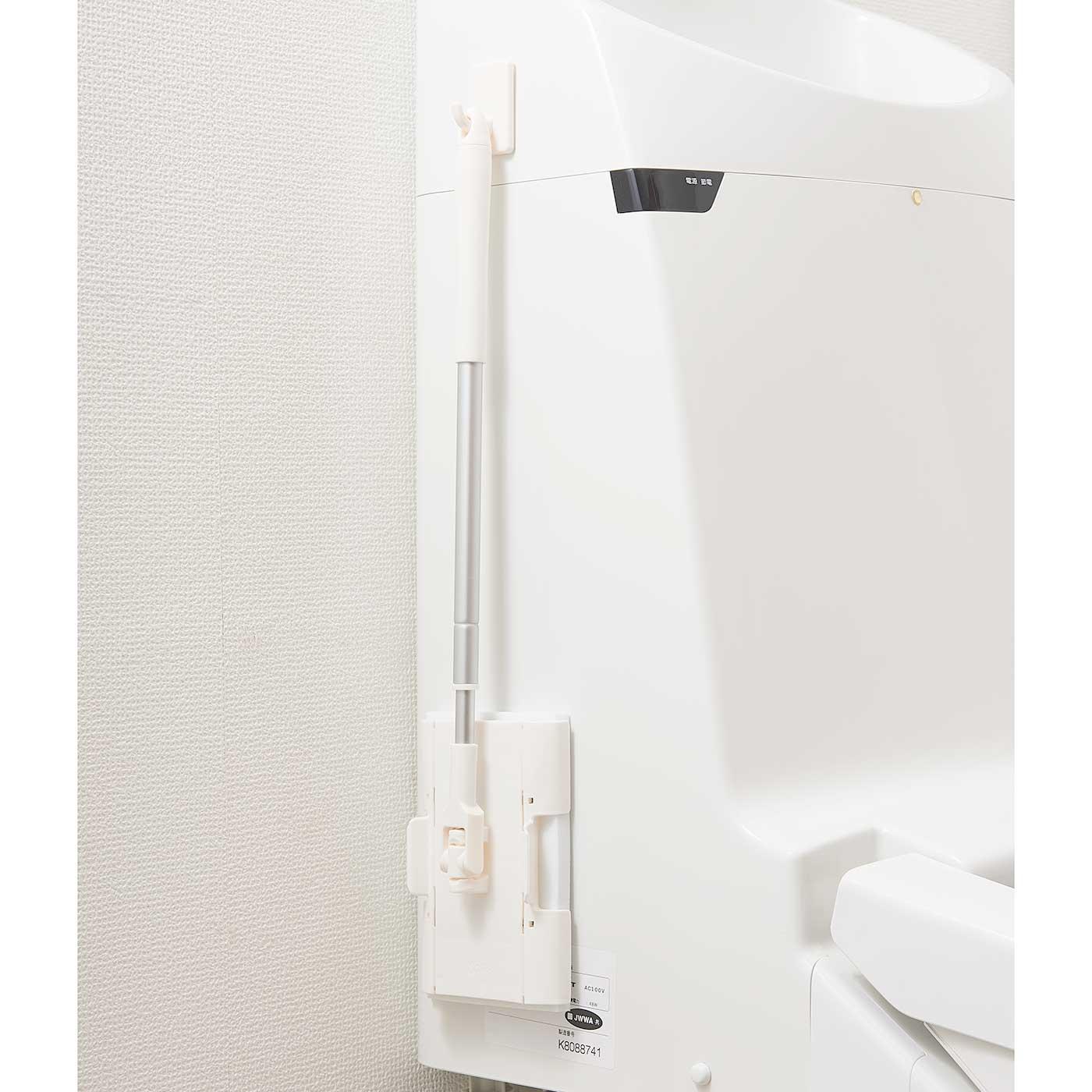 伸縮タイプの柄だから、短くすれば付属のフックでトイレやタンクの横に掛けられます。
