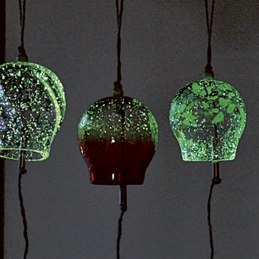 ガラスは蓄光素材入り。暗くなるとほんのり光り、ウミホタルのようで幻想的です。