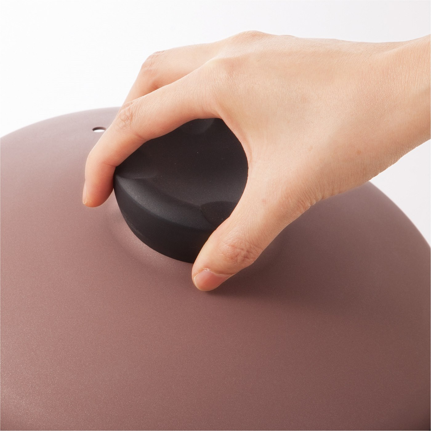 ふたは握りやすい形状で、返して置いても安定感バツグン。