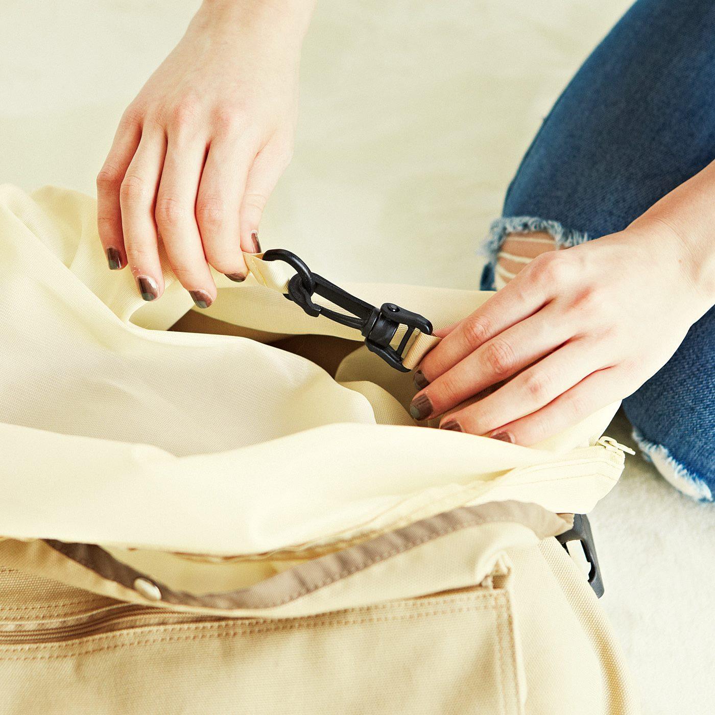 2.カラビナでバッグ本体に固定。