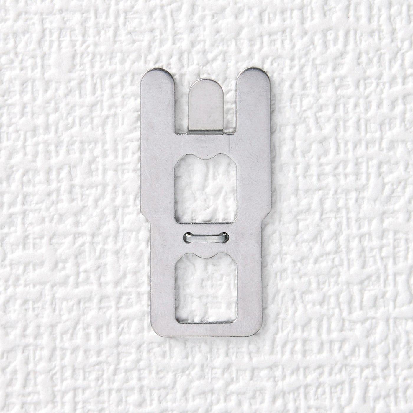 1.石こうボードの壁に固定ピンを押し込んで、受け金具を固定。