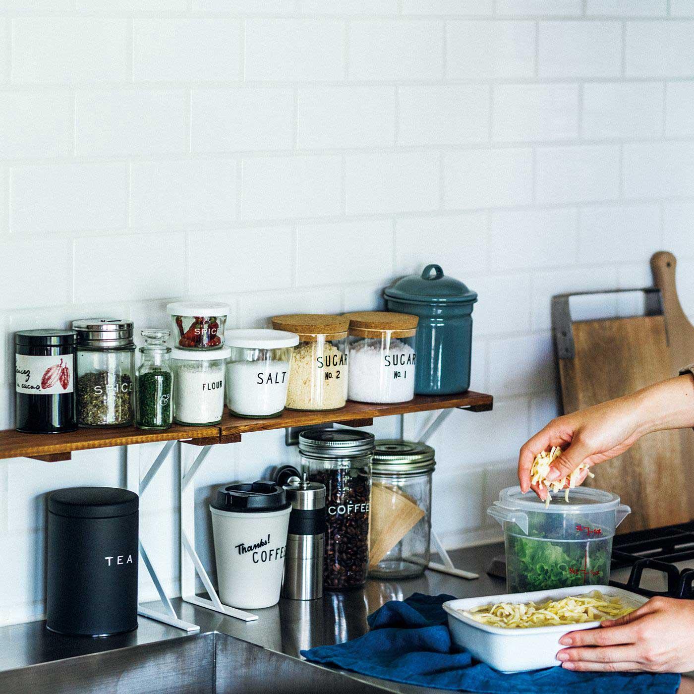 ごちゃつきやすい調味料もすっきり取り出しやすく。使いやすいキッチンに!