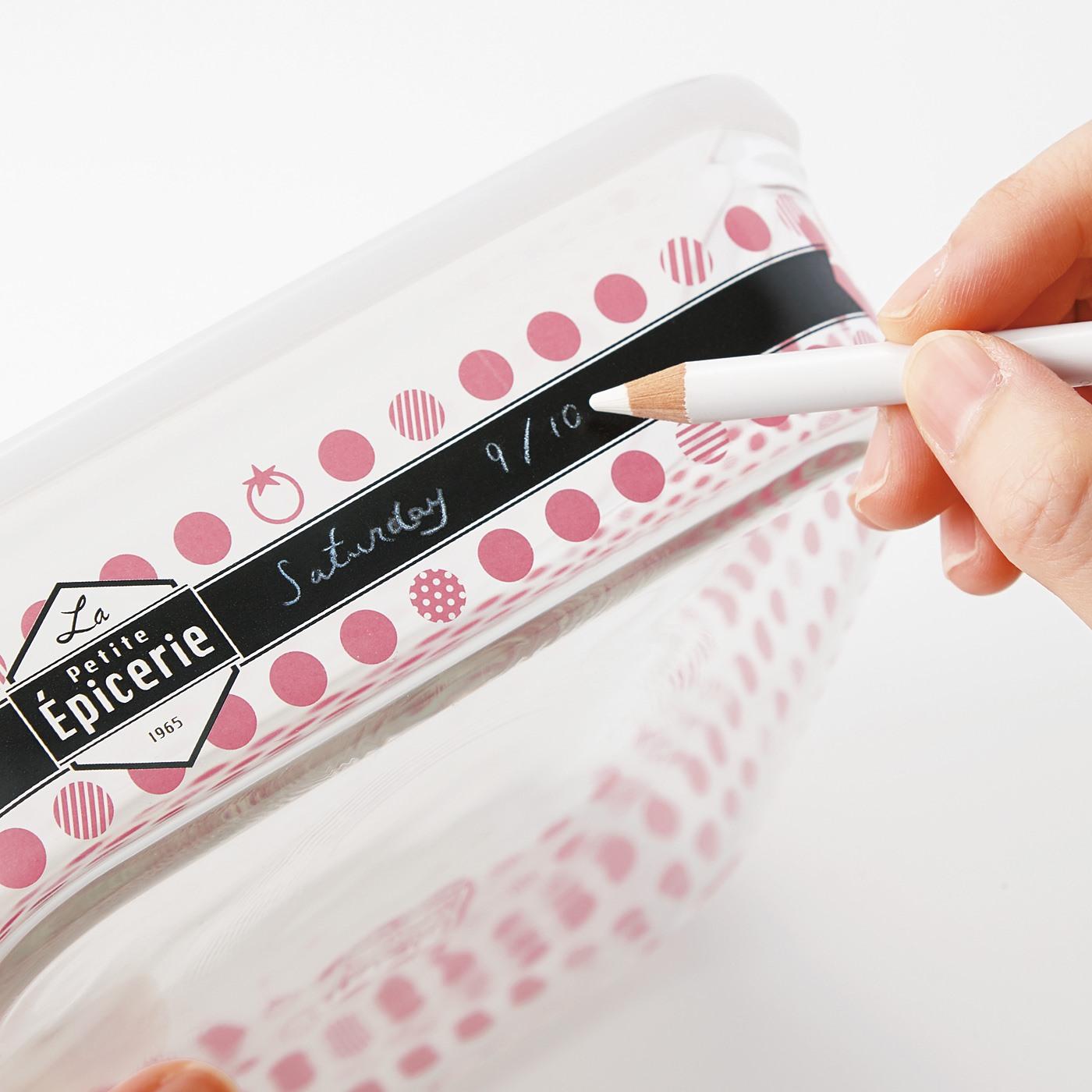 淡色の色鉛筆で簡単に書き込みOK。洗えばサッと落とせます。 ※写真は異なるサイズの商品です。