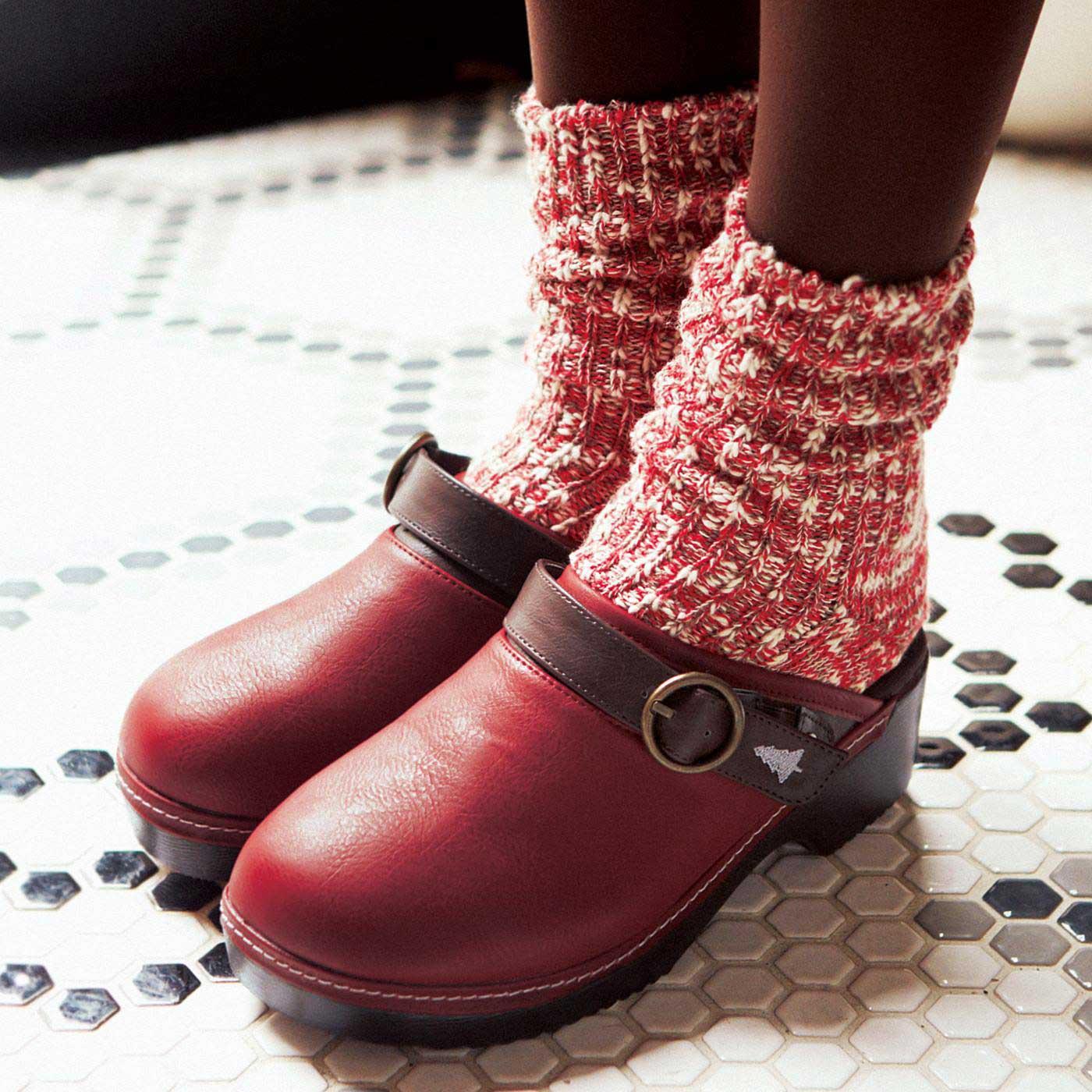 ストラップを前に持ってくれば、もこもこ靴下とのコーデも楽しめます。