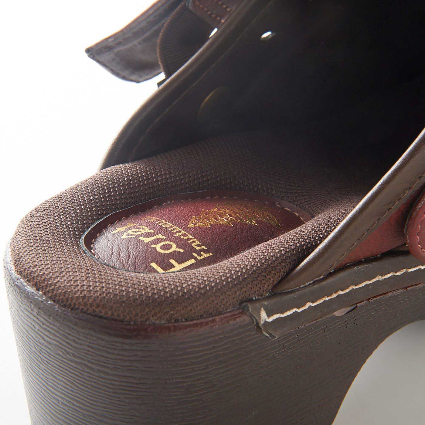 足を包むように、中敷き部分はふんわりメッシュ素材。裸足でもさらりと快適。