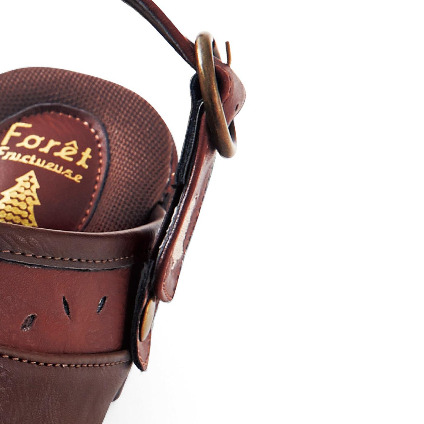 隠しゴム仕様のストラップで履きやすく、自分サイズに調節可能。