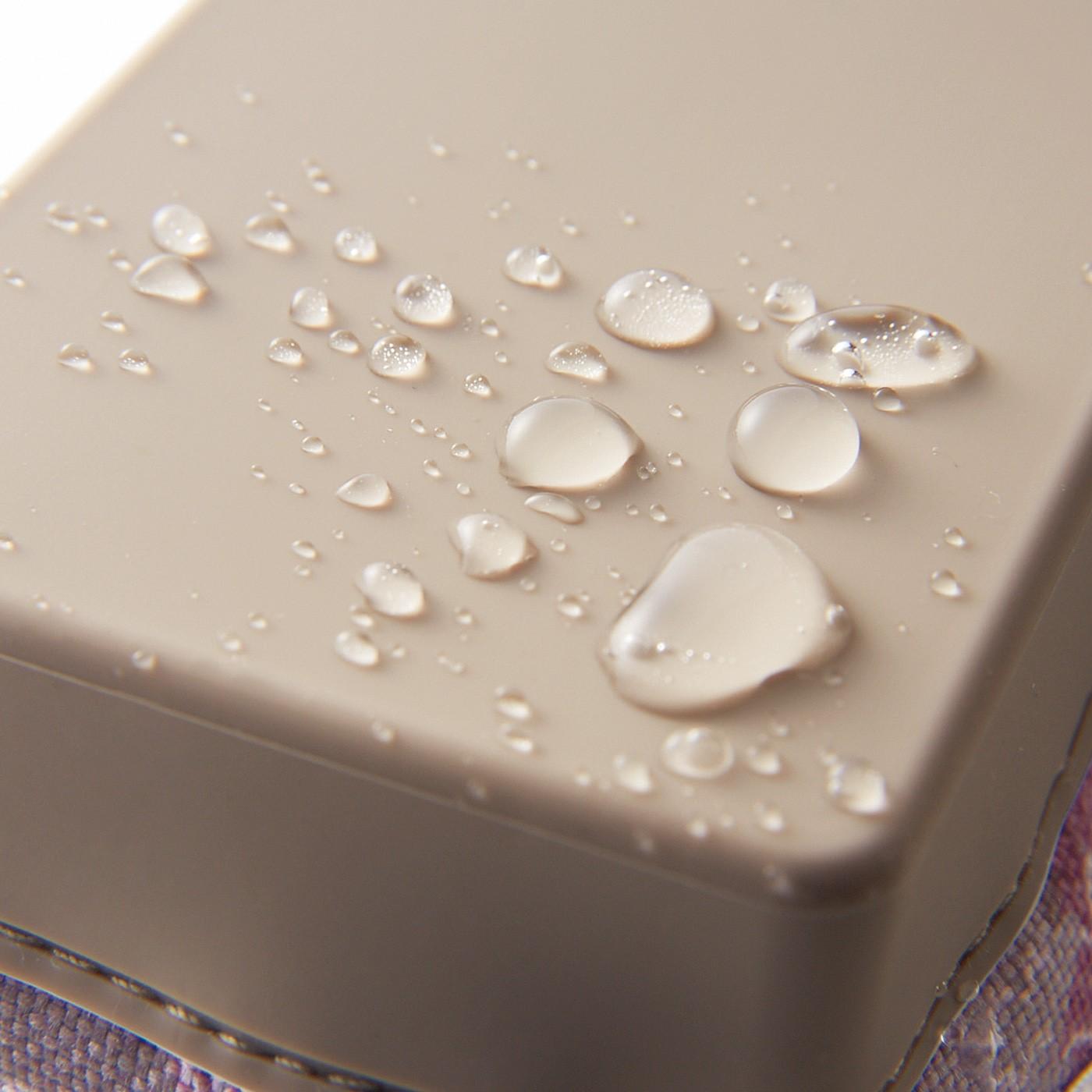 シリコーン部分が水をはじくから、ぬれた所に置いていてもサッとひと振りで水滴がはらえます。