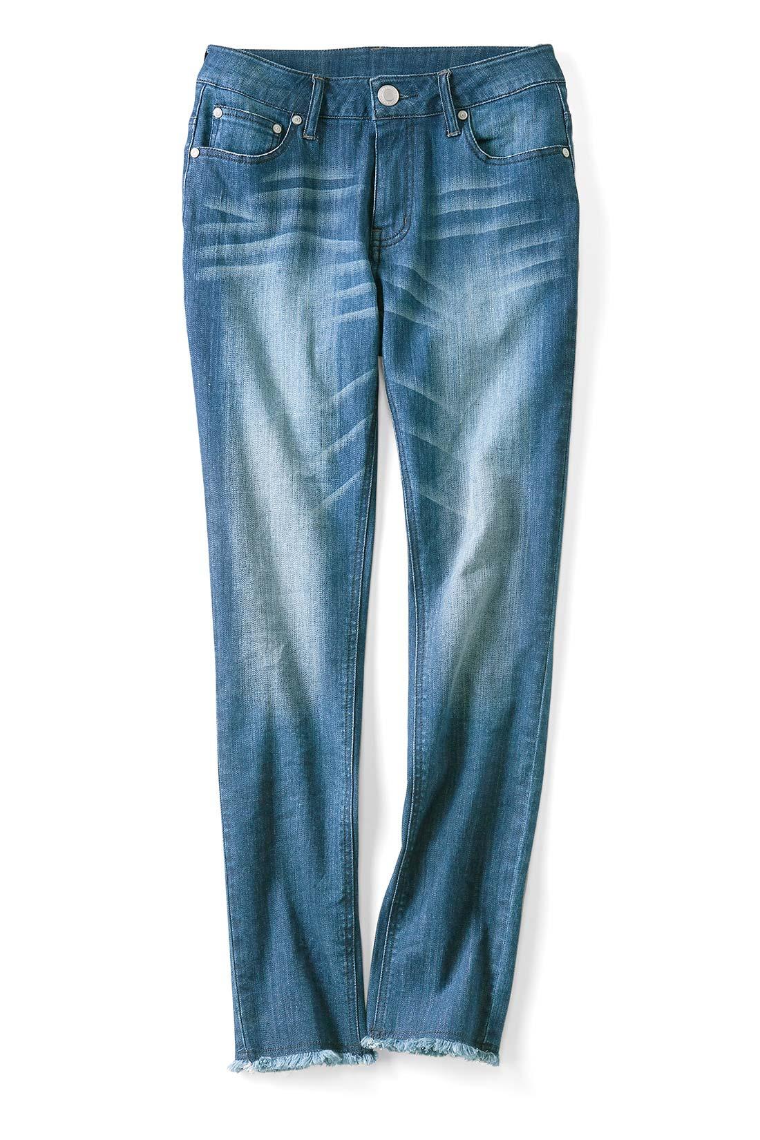 〈ユーズドネイビー〉 こなれ感あるダメージ加工で細見せ 脚の中心にアタリを出して生地色を白く抜くことで、縦のラインと立体感を強調。