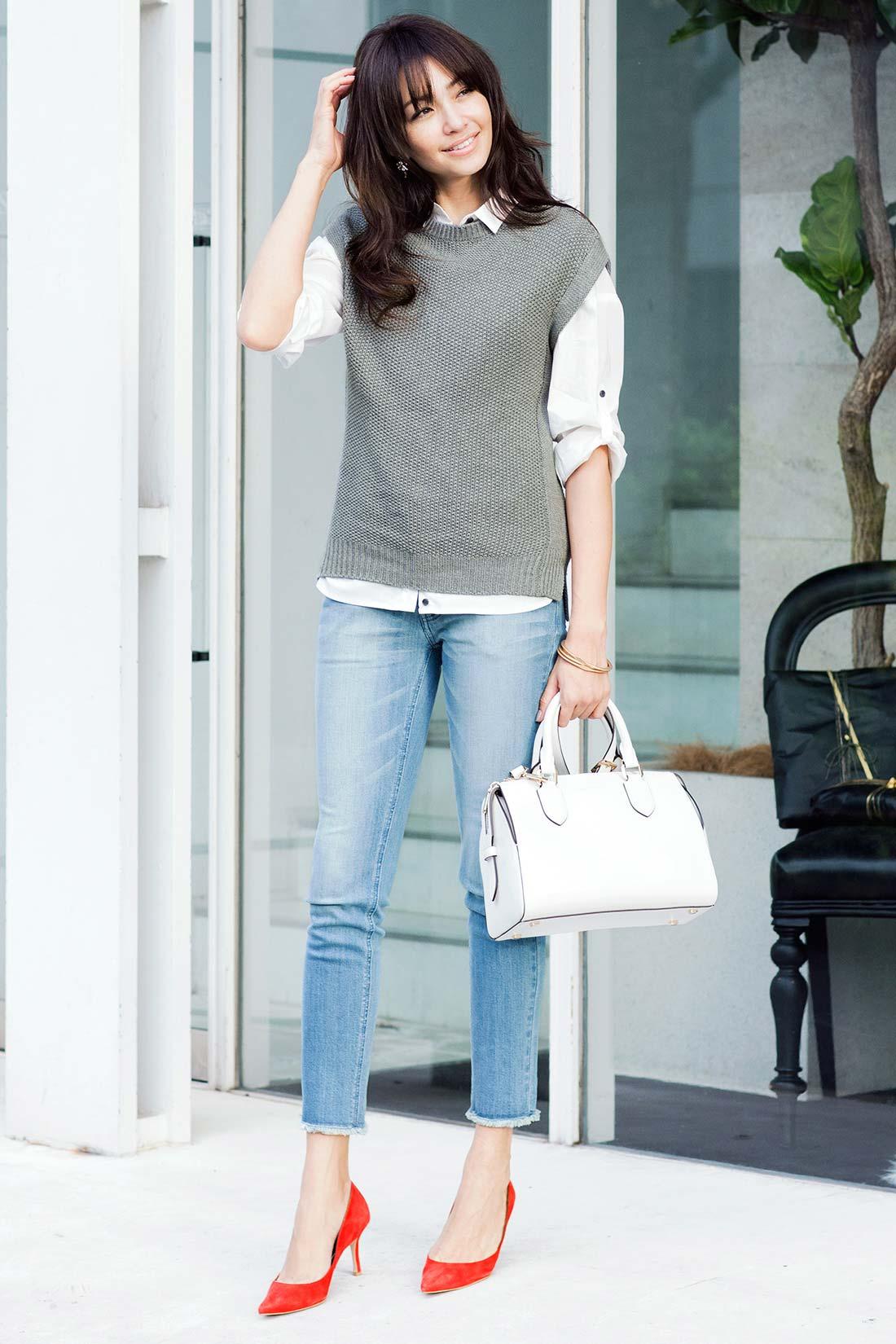 女らしくより自分らしく。その余裕が、気負わないデニムのおしゃれを素敵に魅せる。シャツやバッグのホワイトの差し色できちんと感もぬかりなく、足もとはレディーに彩って。
