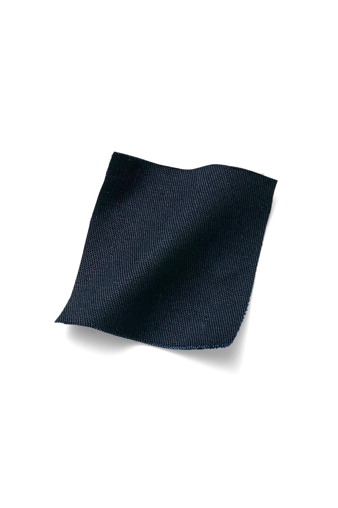 ほどよい張りと細かな綾目のきれいめツイル素材 きめ細やかな綾目で織られ、丈夫でストレッチ性があるギャバジンというツイル素材。しなやかで微光沢がありカジュアルすぎず、上品さを醸し出します。 ※お届けするカラーとは異なります。
