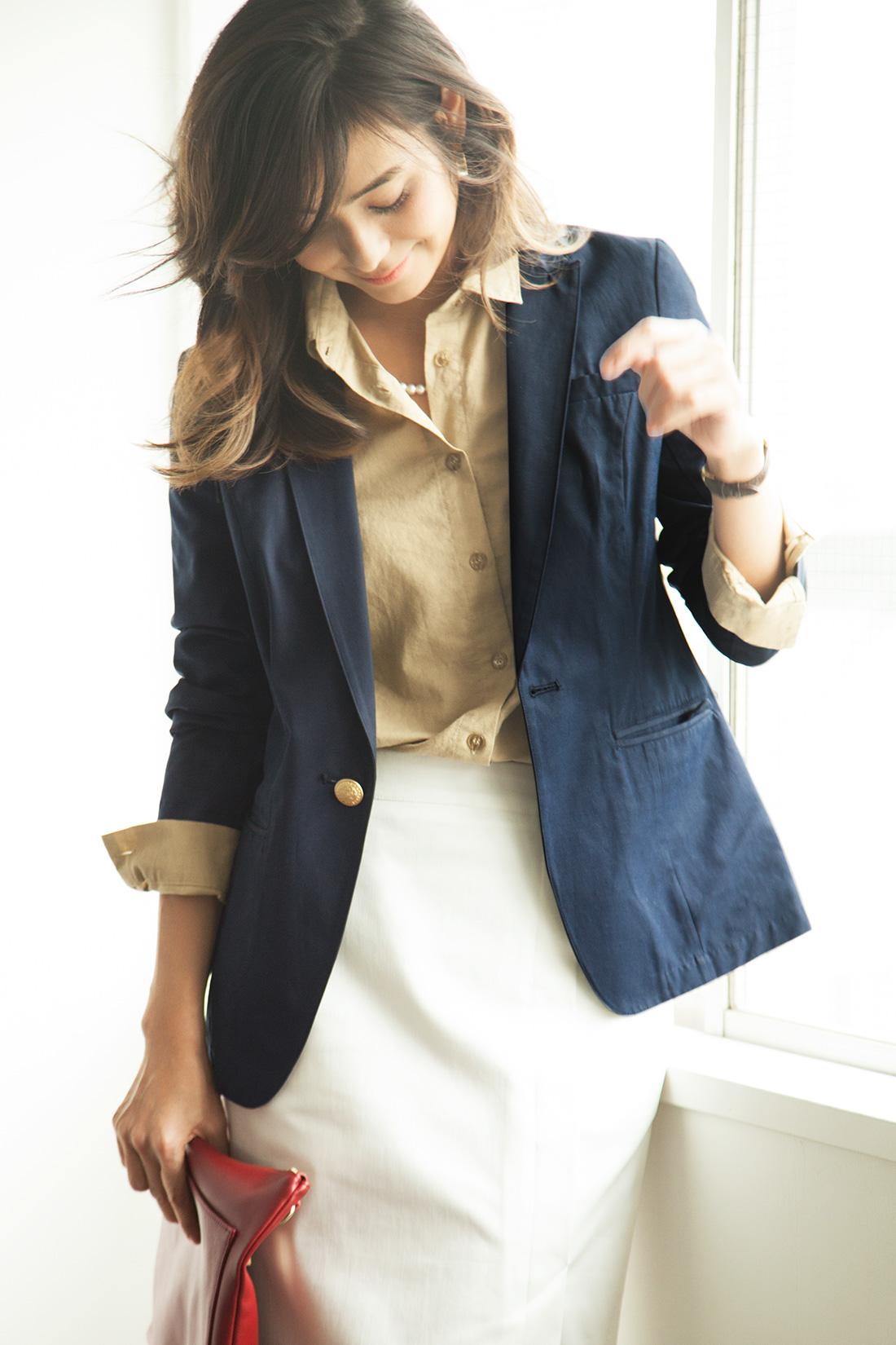 シャツ×スカートの永遠コーデのはおりに。インが春らしい色でもきりっと締まります。