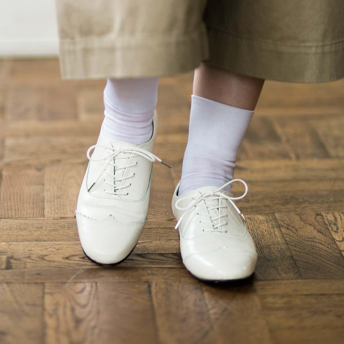 白×本革のコンビネーションで、何気ないコーディネイトも一気にあか抜けた印象に。人気の靴下コーデもより大人っぽく、定番デニムもこなれた雰囲気に仕上がります。