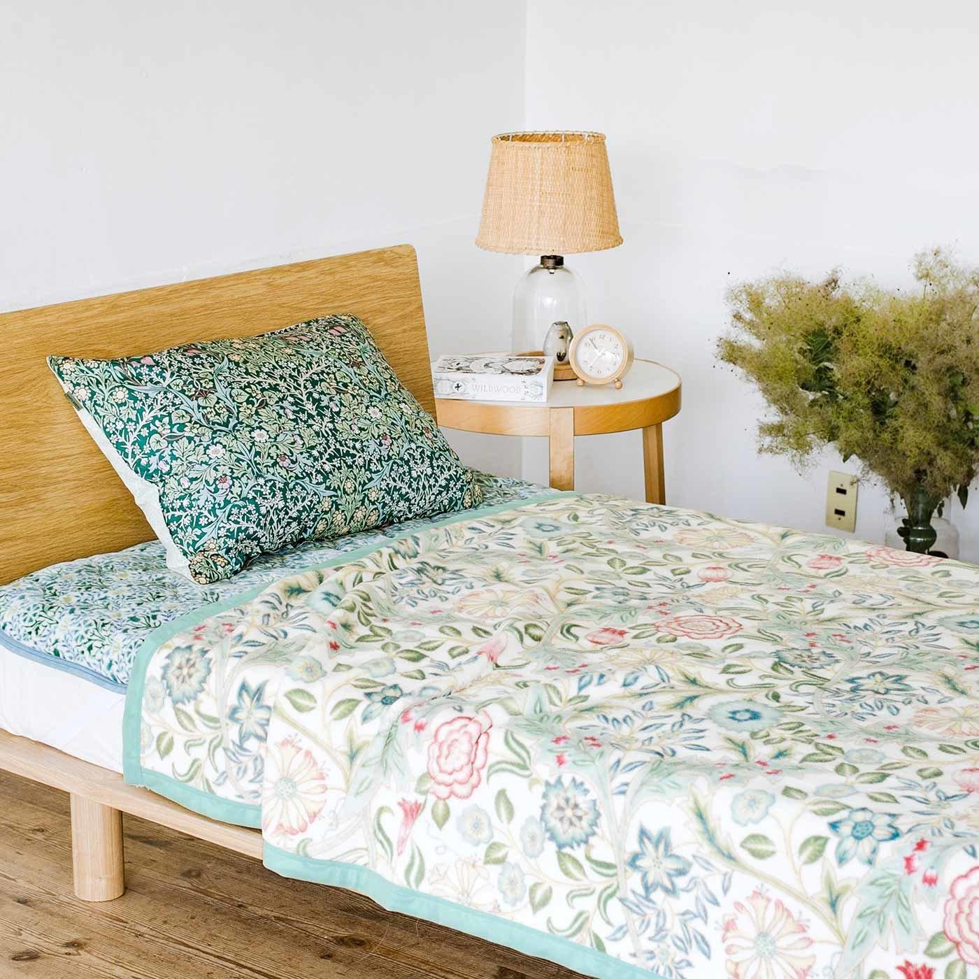モリスギャラリー 咲き誇る花々に包まれる深い眠り 手放せなくなる綿毛布〈ウィルヘルミナ〉