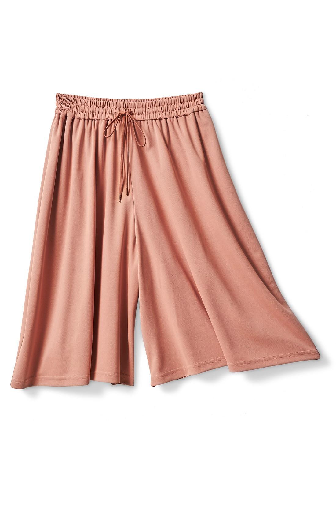 スカートの見た目で、実はパンツ。フロントのドロストデザインもアクセントに  ※お届けするカラーとは異なります。
