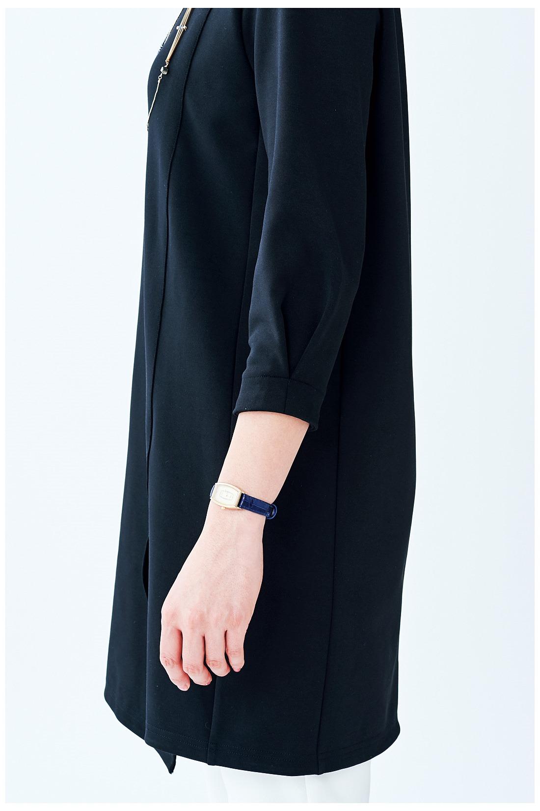 袖口のタックデザインが女性らしさを演出。