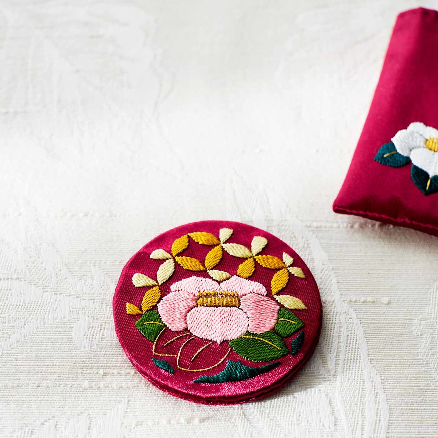 絹糸でつづる優美な花紋(はなもん) 日本刺しゅう布小物