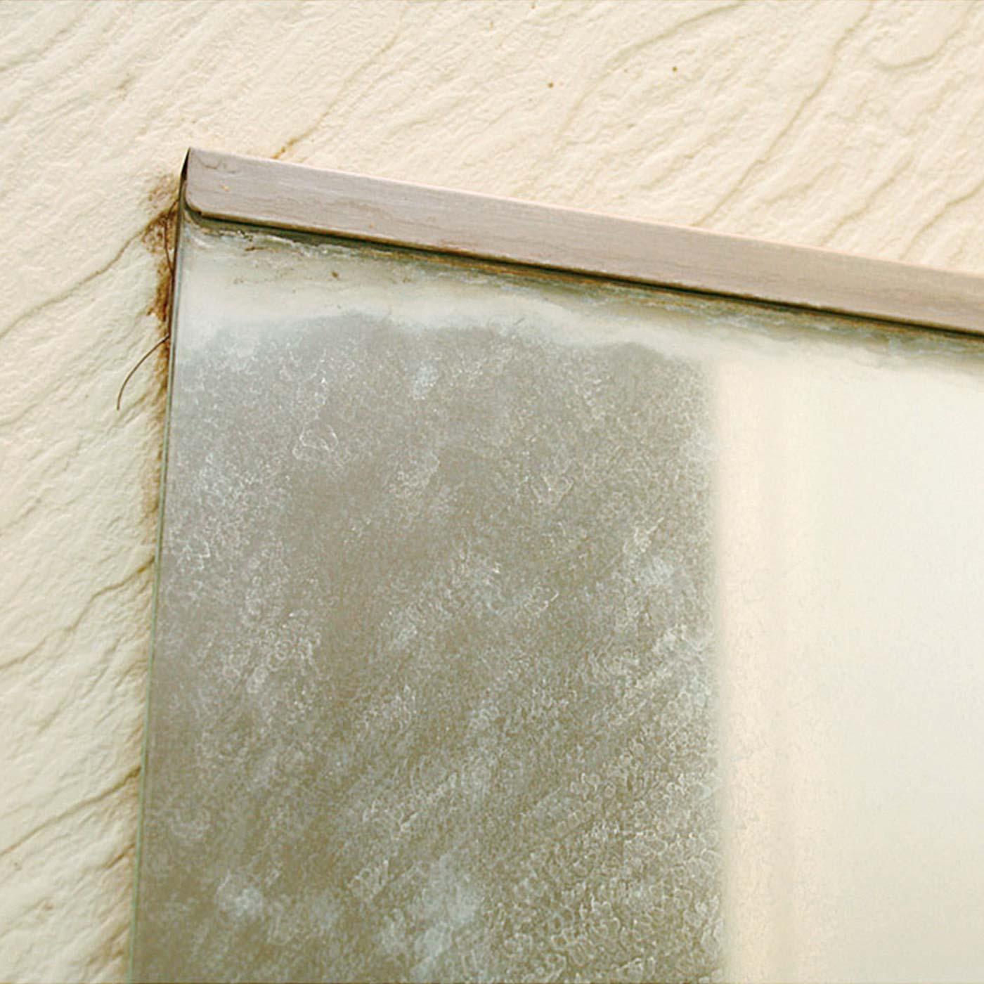 鏡に付いた白いうろこ状の汚れ