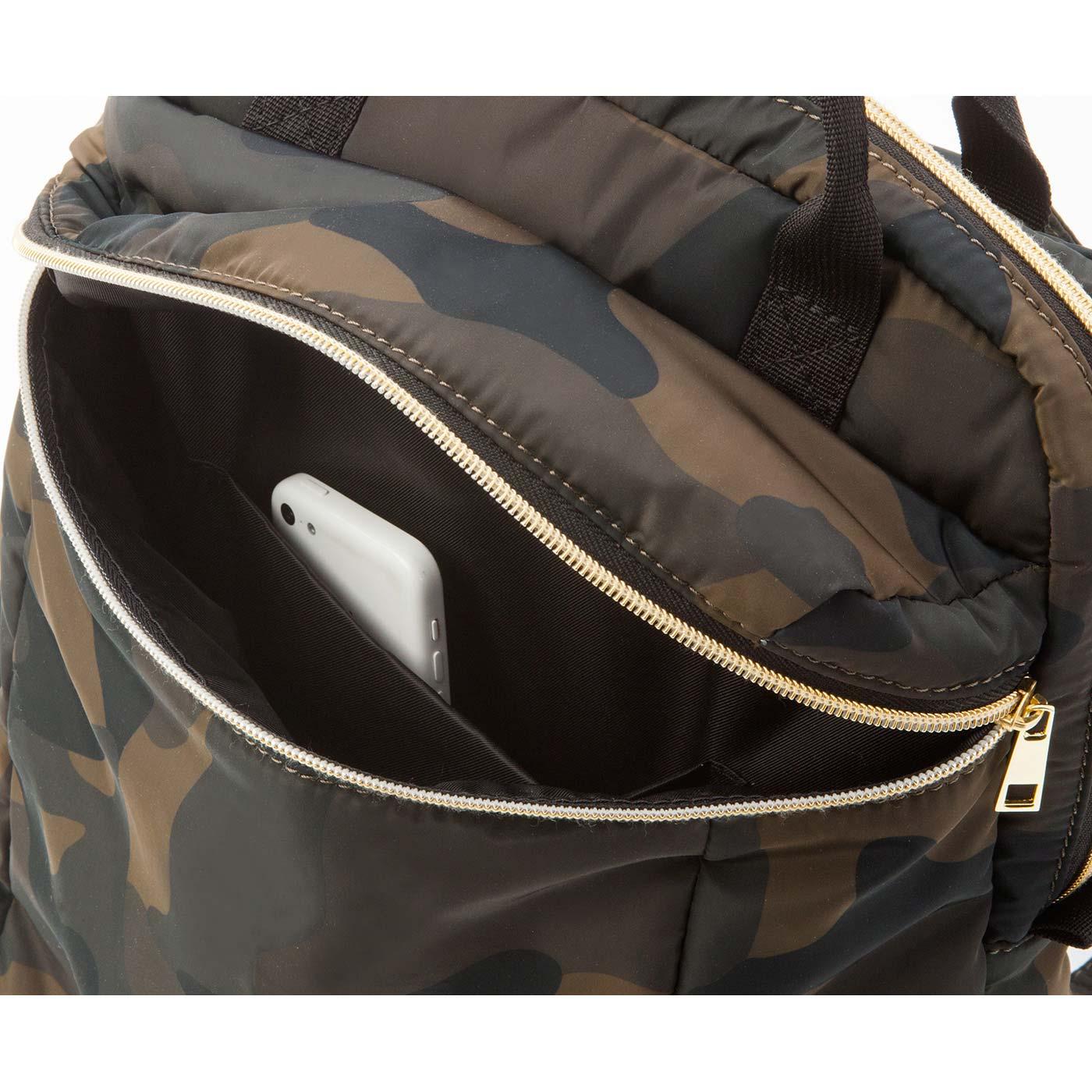 外側のジップ内には、小物が入る袋ポケット付き。