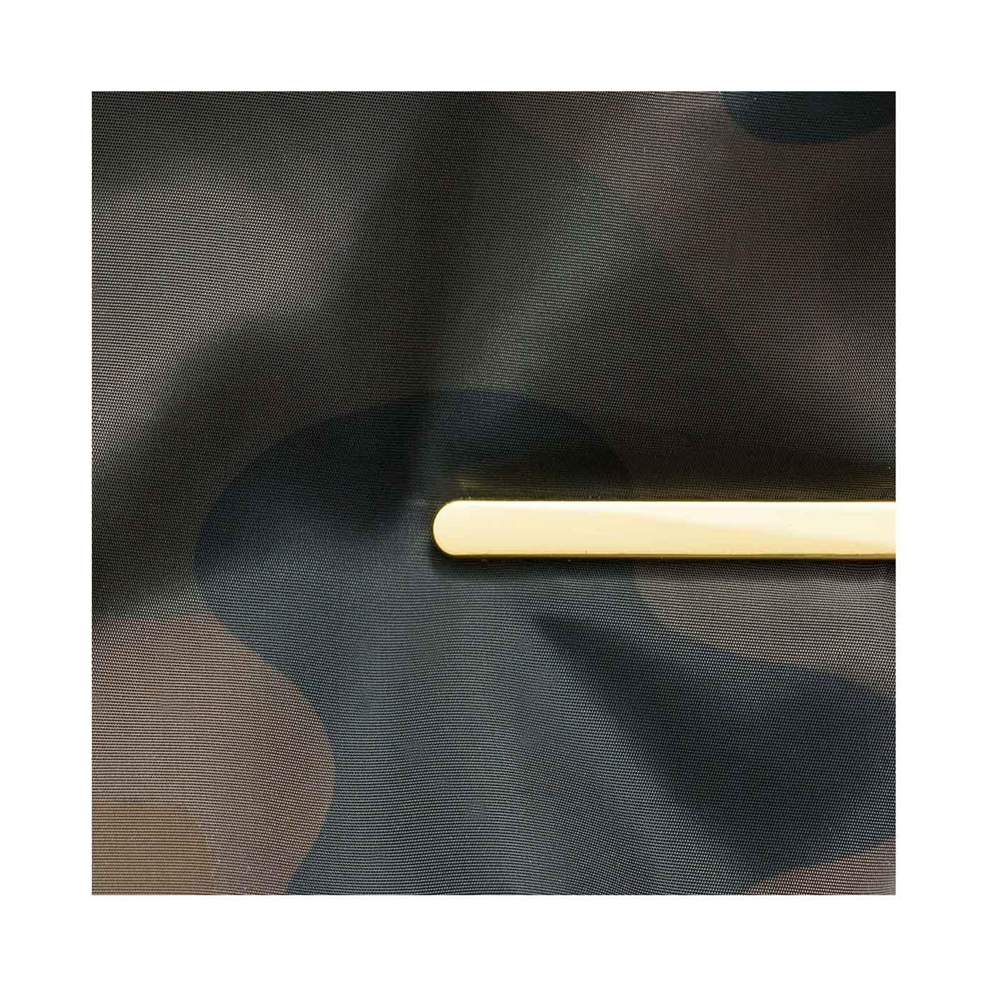 やわらかくて軽いこだわりの素材。ゴールドカラーのプレートで大人の気品をプラス。