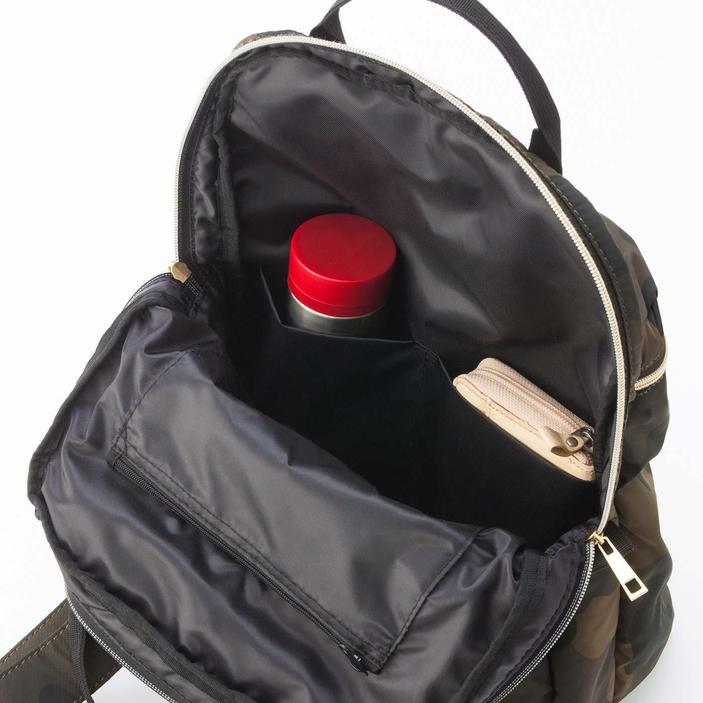 内側には、仕切りポケット&ファスナーポケット付き。