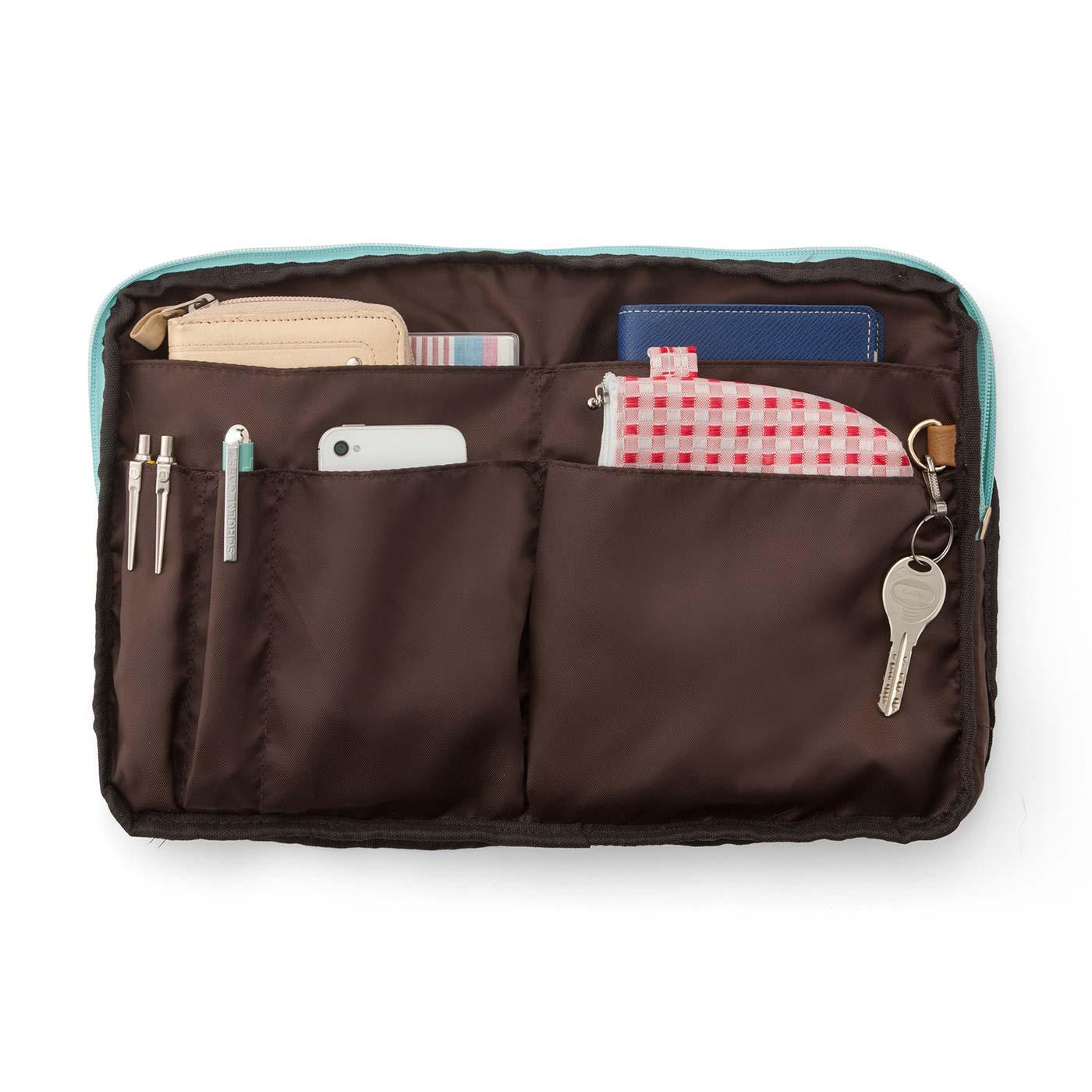 スマートフォン、お財布、手帳などのこまごまアイテムを縦に収納できるポケット。