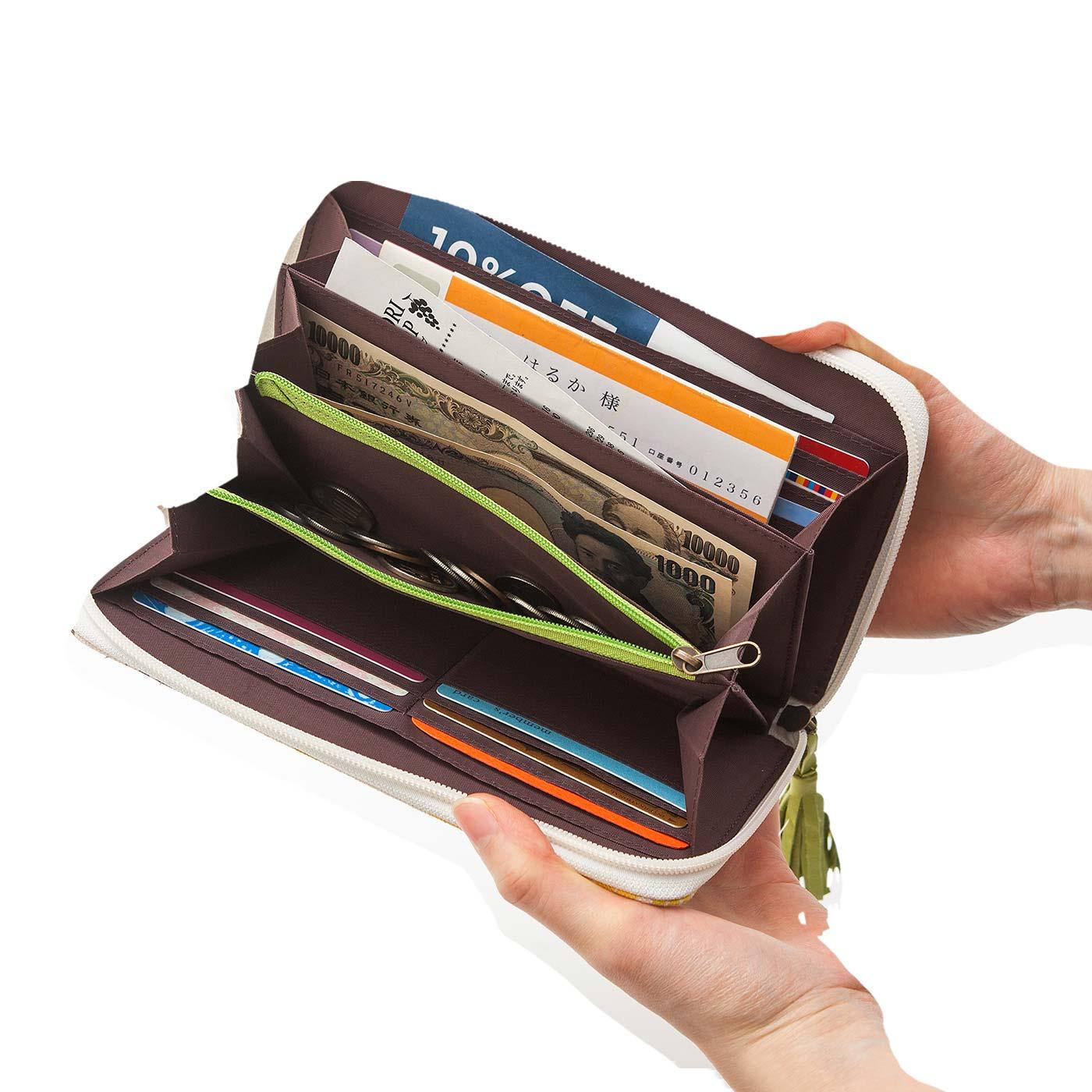 通帳も収納できる大きめサイズ。通帳とカードをひとまとめに保管するポーチとしても。