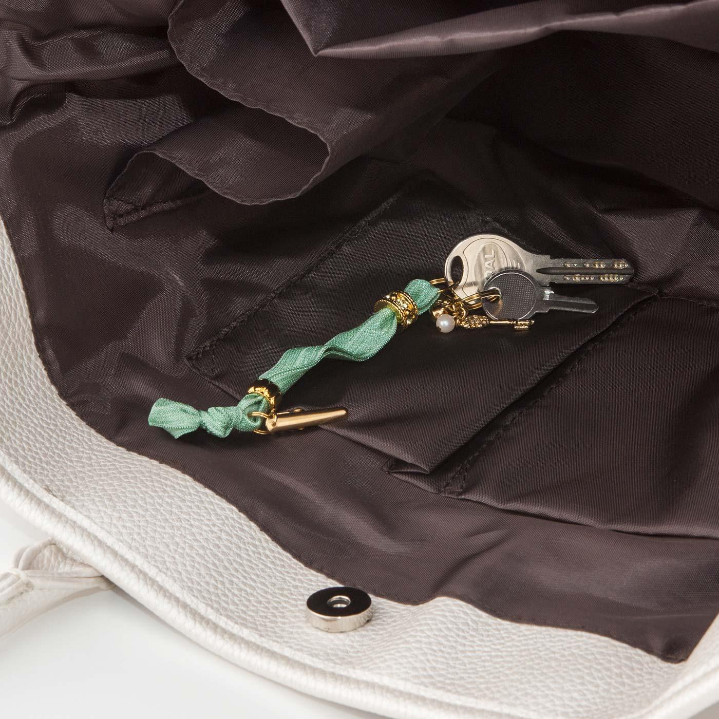 バッグの内ポケットなどに留めて、かぎの迷子が防げます。