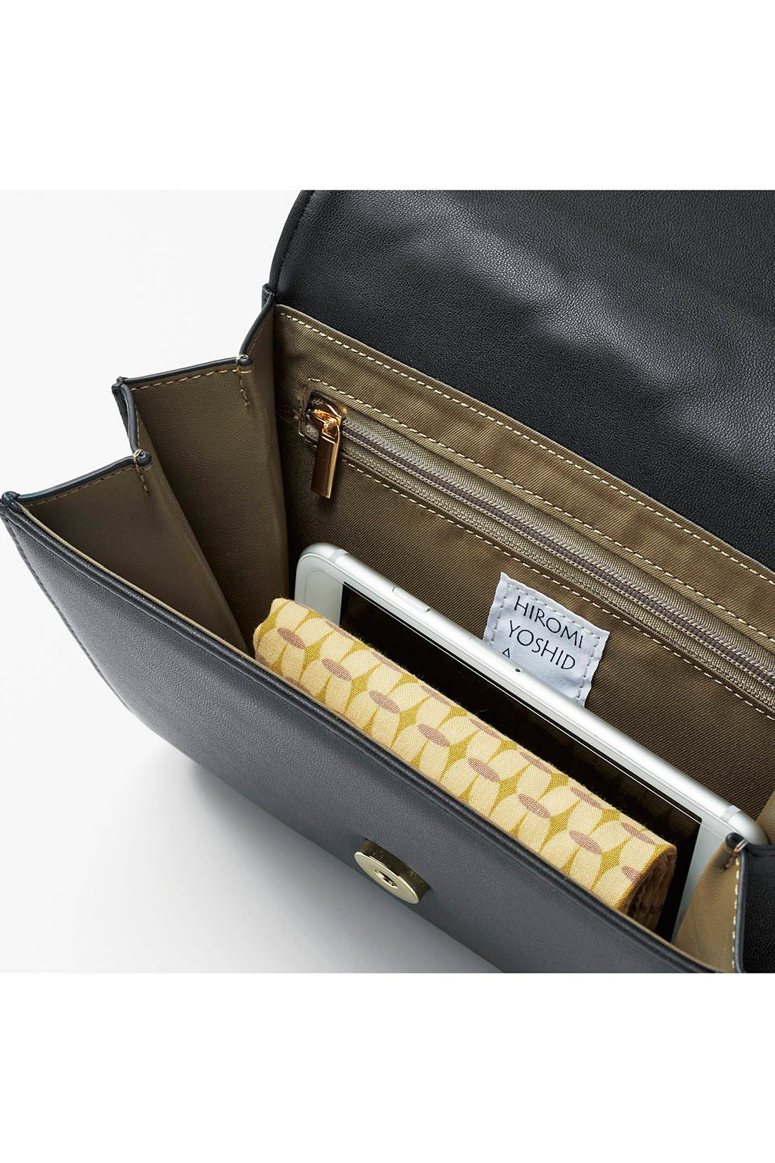 バッグ部分は携帯電話やハンカチなど、必需品をミニマムに収納。
