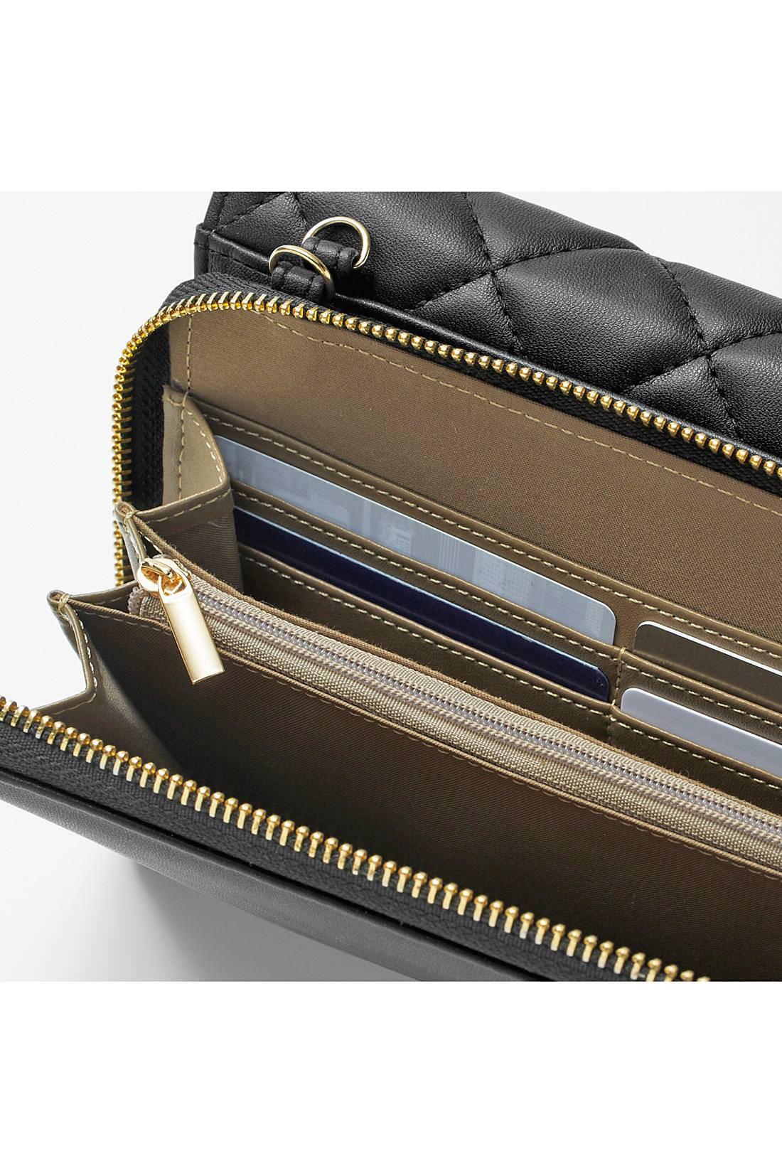 財布部分は札入れ、ファスナー付き小銭入れのほか、カード入れも充実。