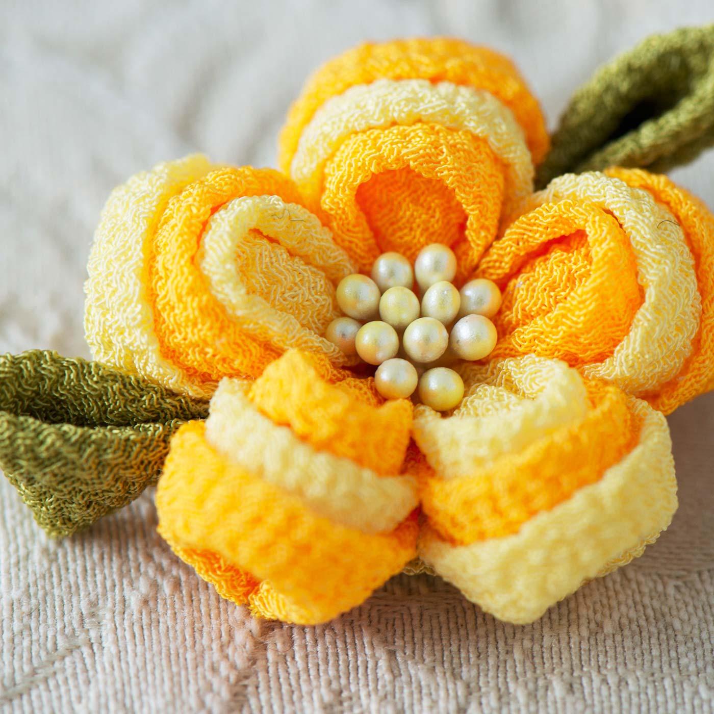 比較的少ない手順で、素朴でかわいいお花が完成。小さな一輪にちりめんで作るつまみ細工の可憐さがぎゅっとつまっています。