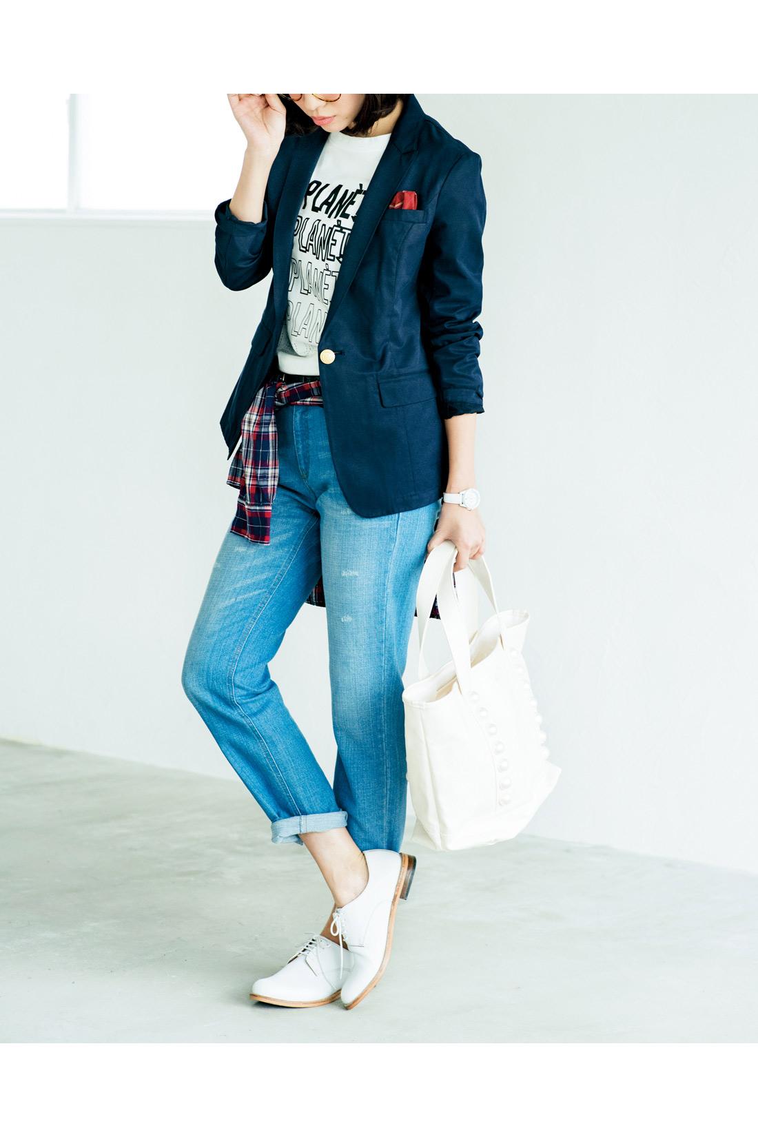カジュアルになりがちなTシャツスタイルに。きちんと感ある紺ブレがきれいにまとめつつ、遊び心もほんのりと。