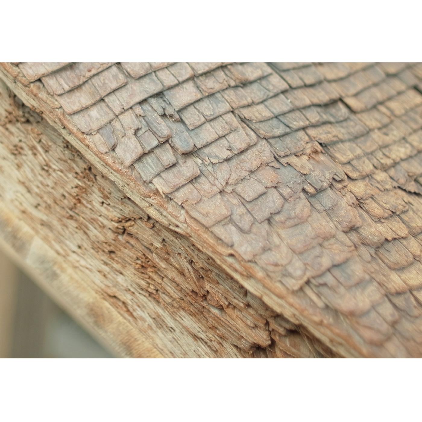 日本古来の屋根工法である檜皮葺(ひわだぶき)。檜(ひのき)の樹皮を重ねて葺いてゆきます。二十一年に一度修復され、くり返し伝承され続けています。
