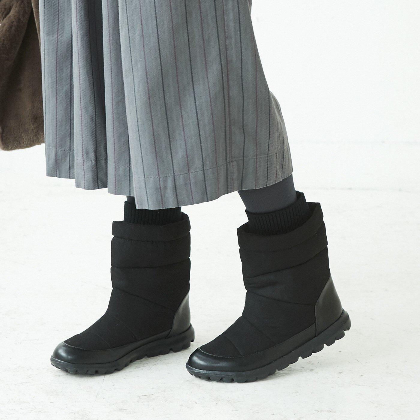 ファーとキルトがダブルで暖か 軽量やわらかスニーカーブーツ〈ブラック〉