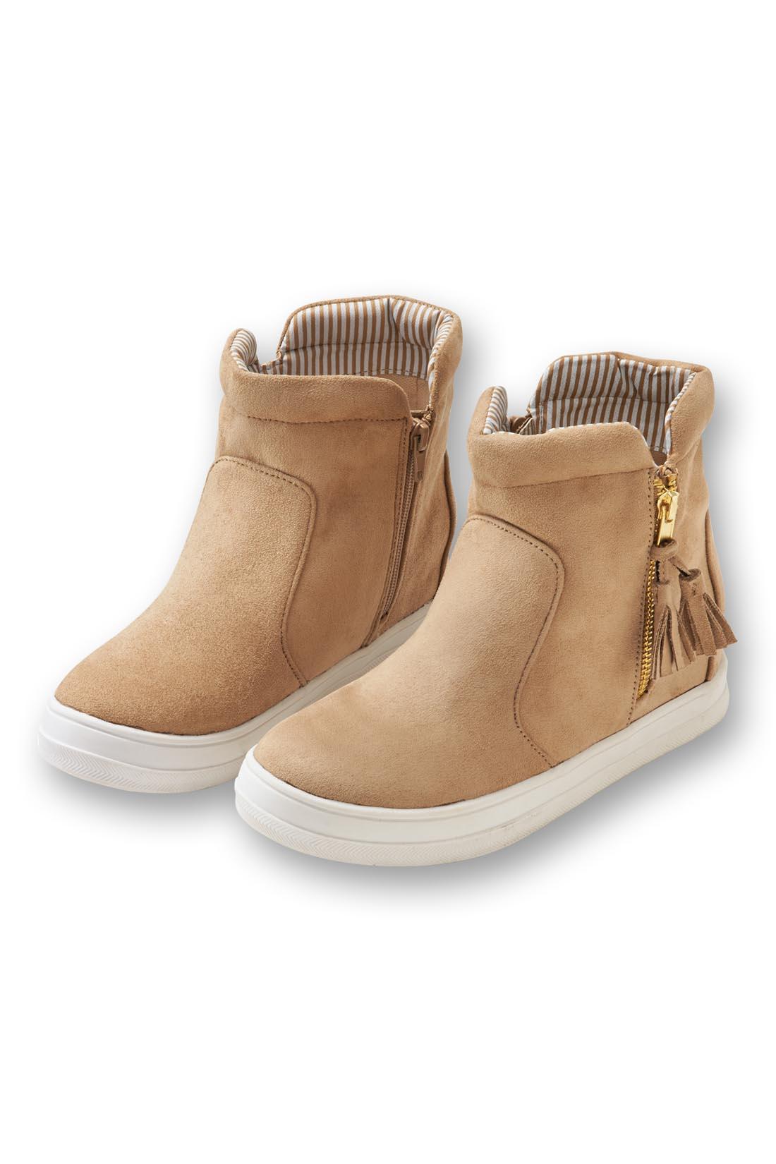 足もとが明るくキマる〈ベージュ〉。ふかふかクッション入りの履き口で、足当たりやわらか。落ち着きのあるスエード調素材が、きれいめスタイルにも似合います。