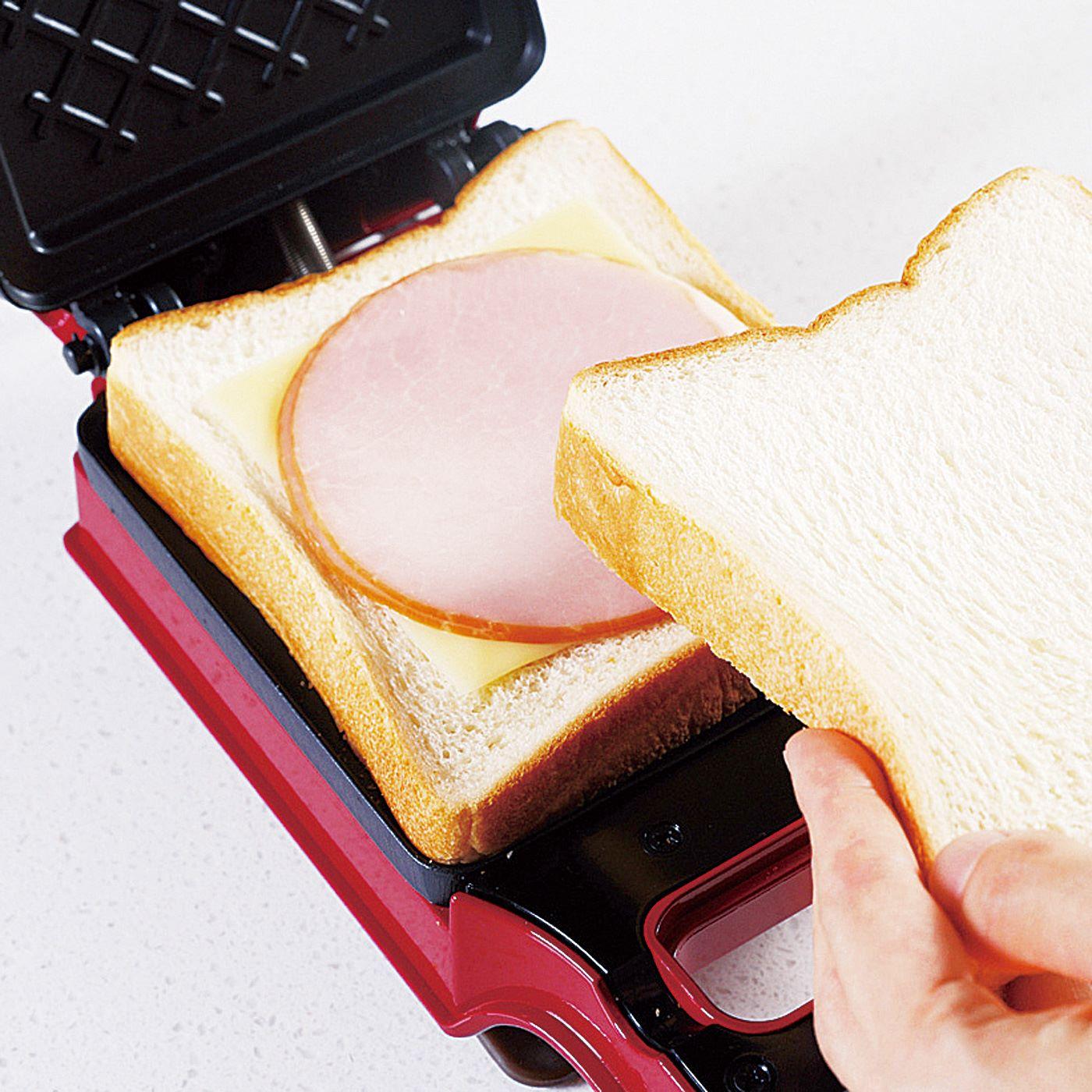 HOW TO COOK ①耳付きパンの上にハムやチーズなどお好みの具材をのせます。