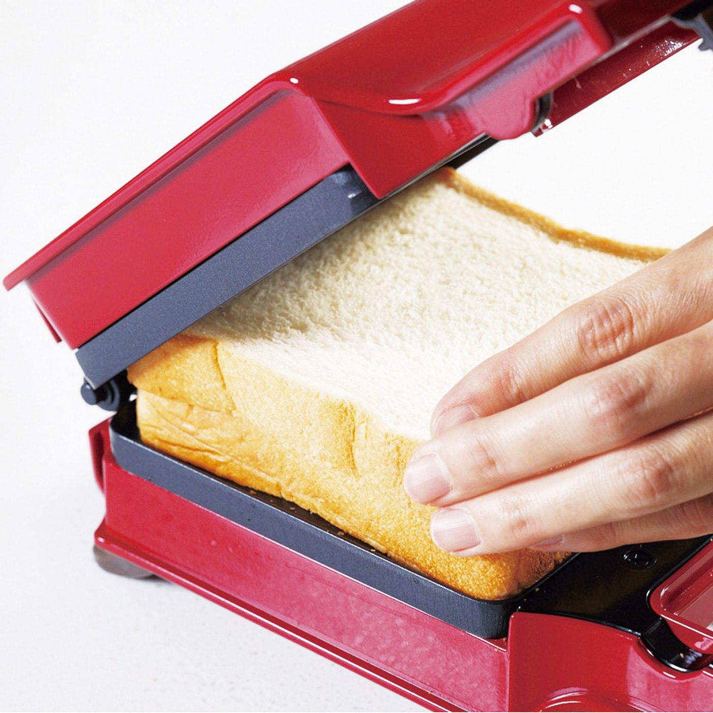HOW TO COOK ②その上にもう一枚パンを重ねたら、ぎゅっとプレスして焼くだけ!