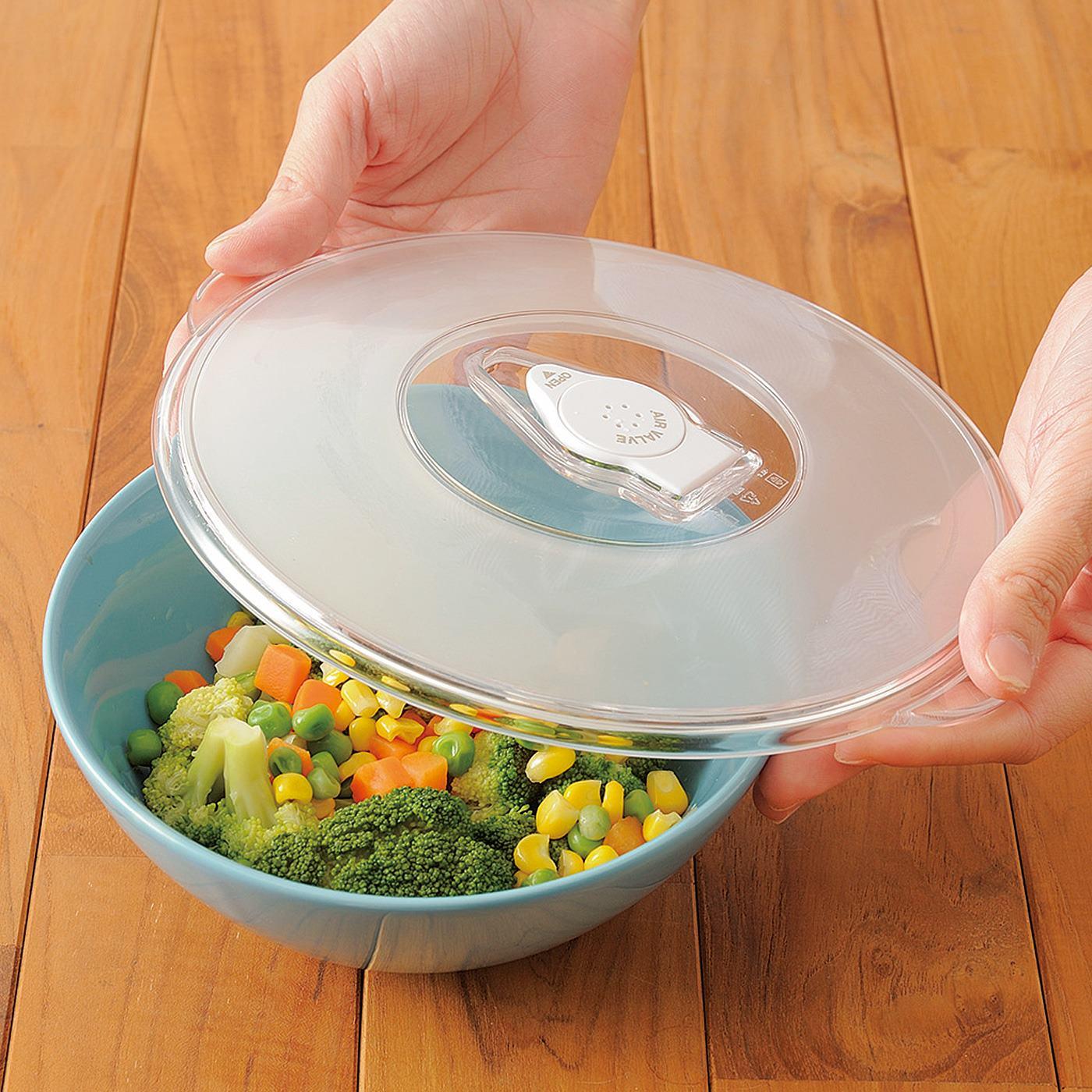 HOW TO COOK (1)保存したい食品・食材を手持ちの容器に入れ、ふたをのせます。
