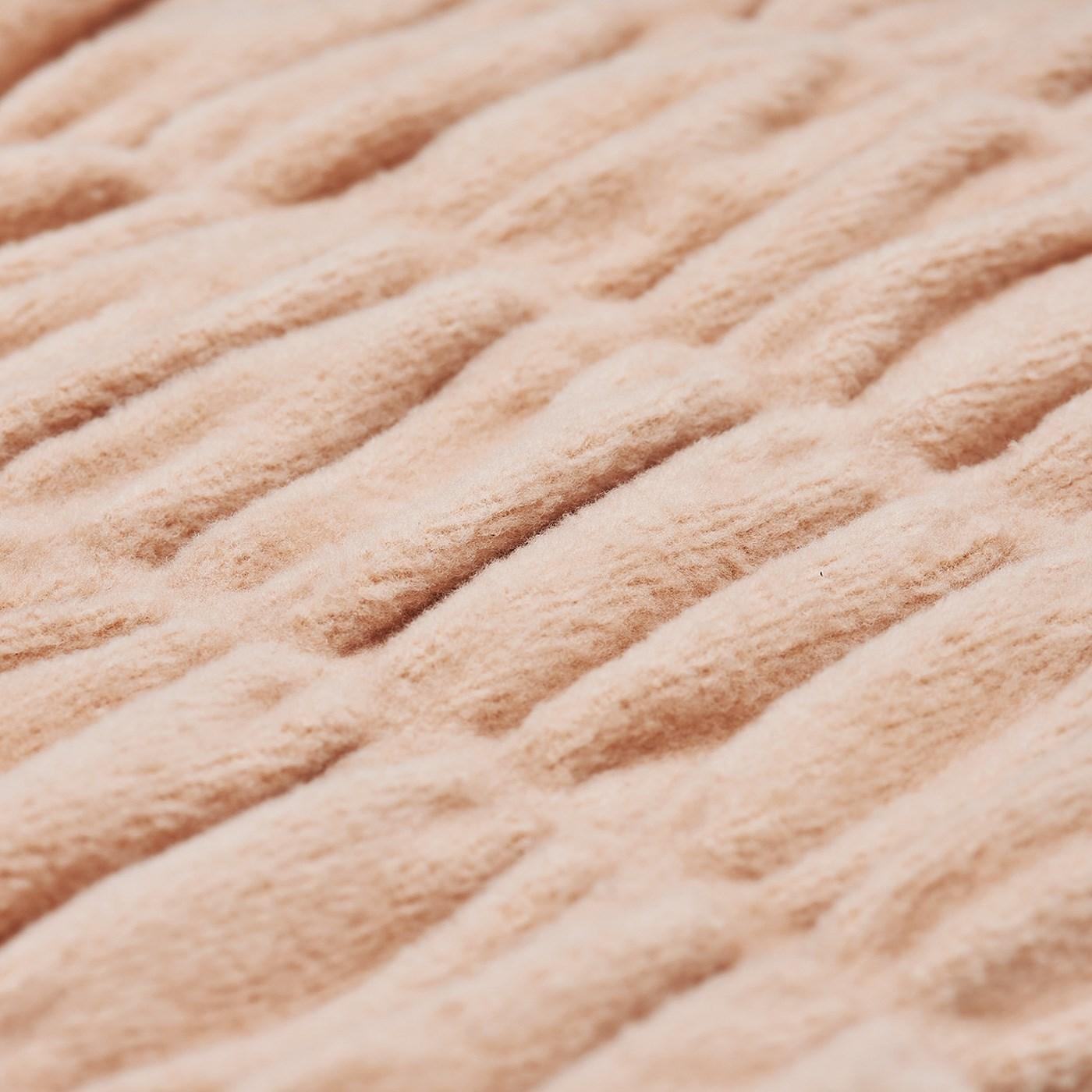 生地にシャーリング加工をほどこして凹凸をつけることで、暖かい空気を逃しません。