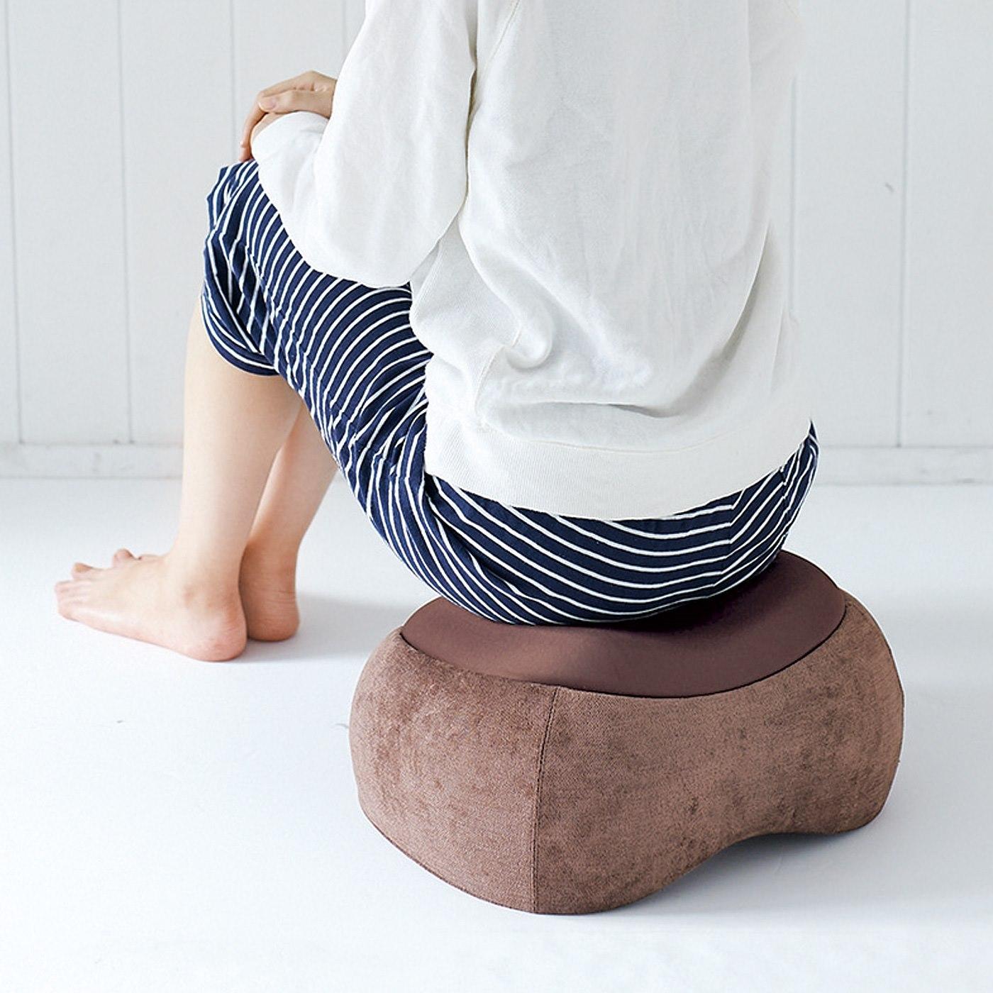 傾斜のあるステッパーの上に座ることで、骨盤まわりをストレッチ。