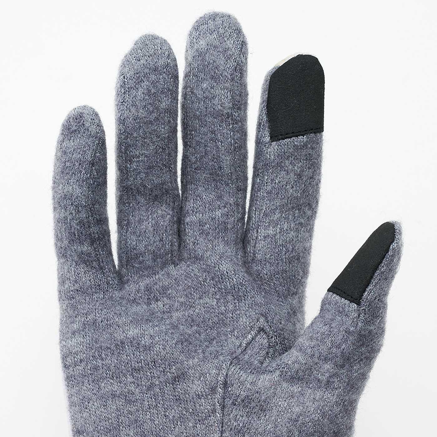 両手の親指と人差し指の先に導電布を使用しているから、手袋のまま画面操作が可能。