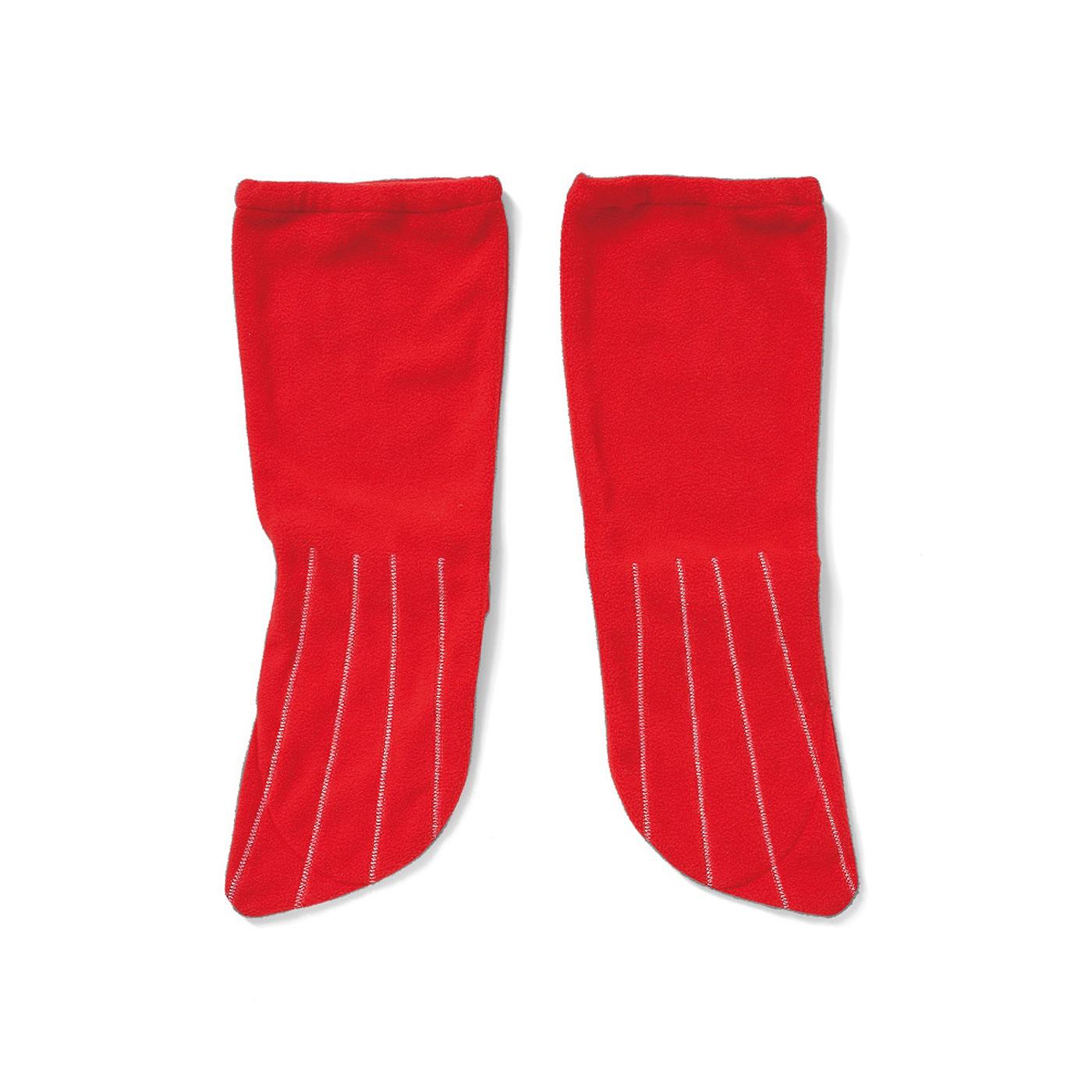 赤いシッポは、フリース素材のルームソックス。ソックス底面には足先を出せる切り込みつき。