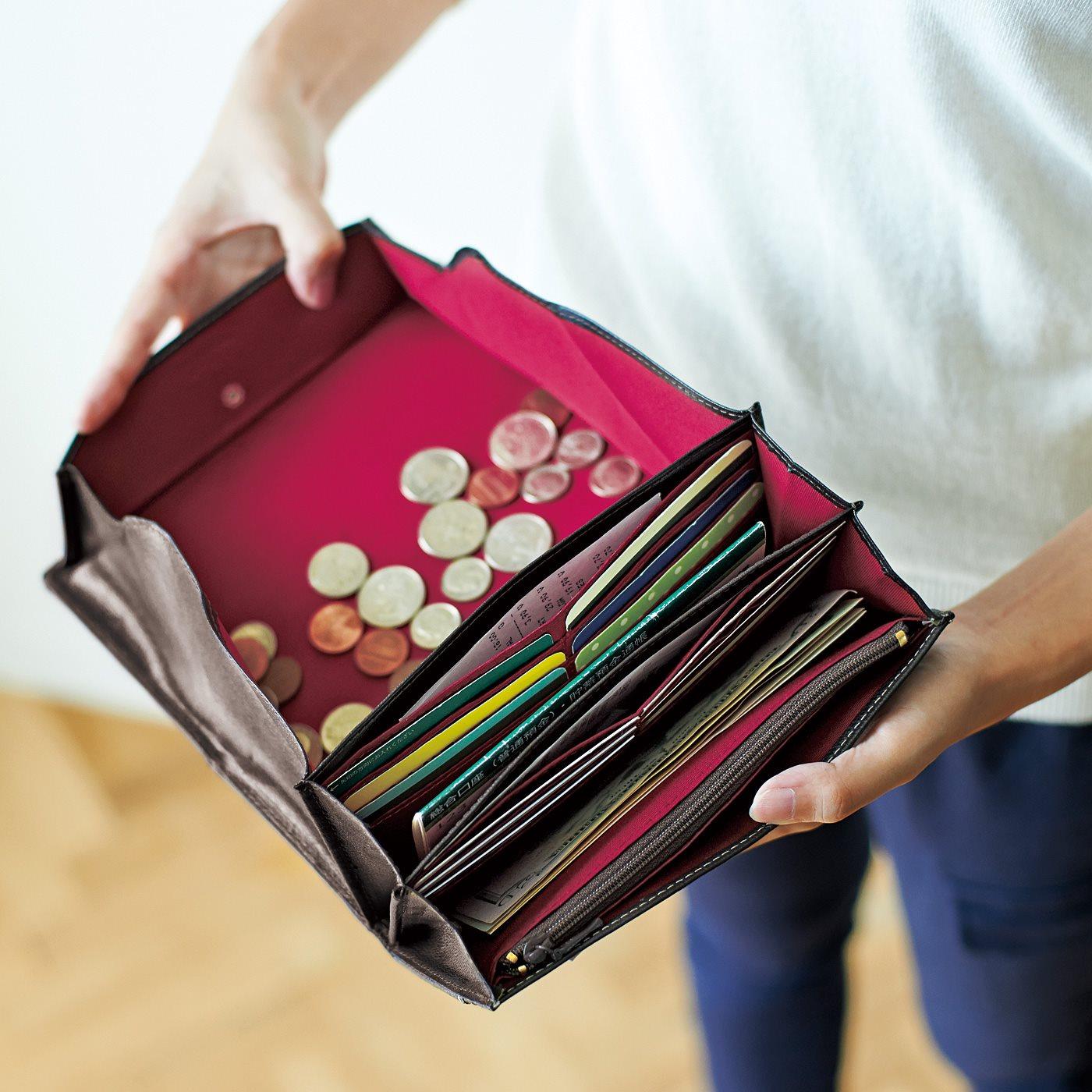 大きく開いて中身がひとめでわかる、ギャルソンウォレット仕様の小銭入れ。 カードポケットは14個。内外4つのオープンポケットは、レシートやチケット類の収納に。 外側にもオープンポケットがひとつ。