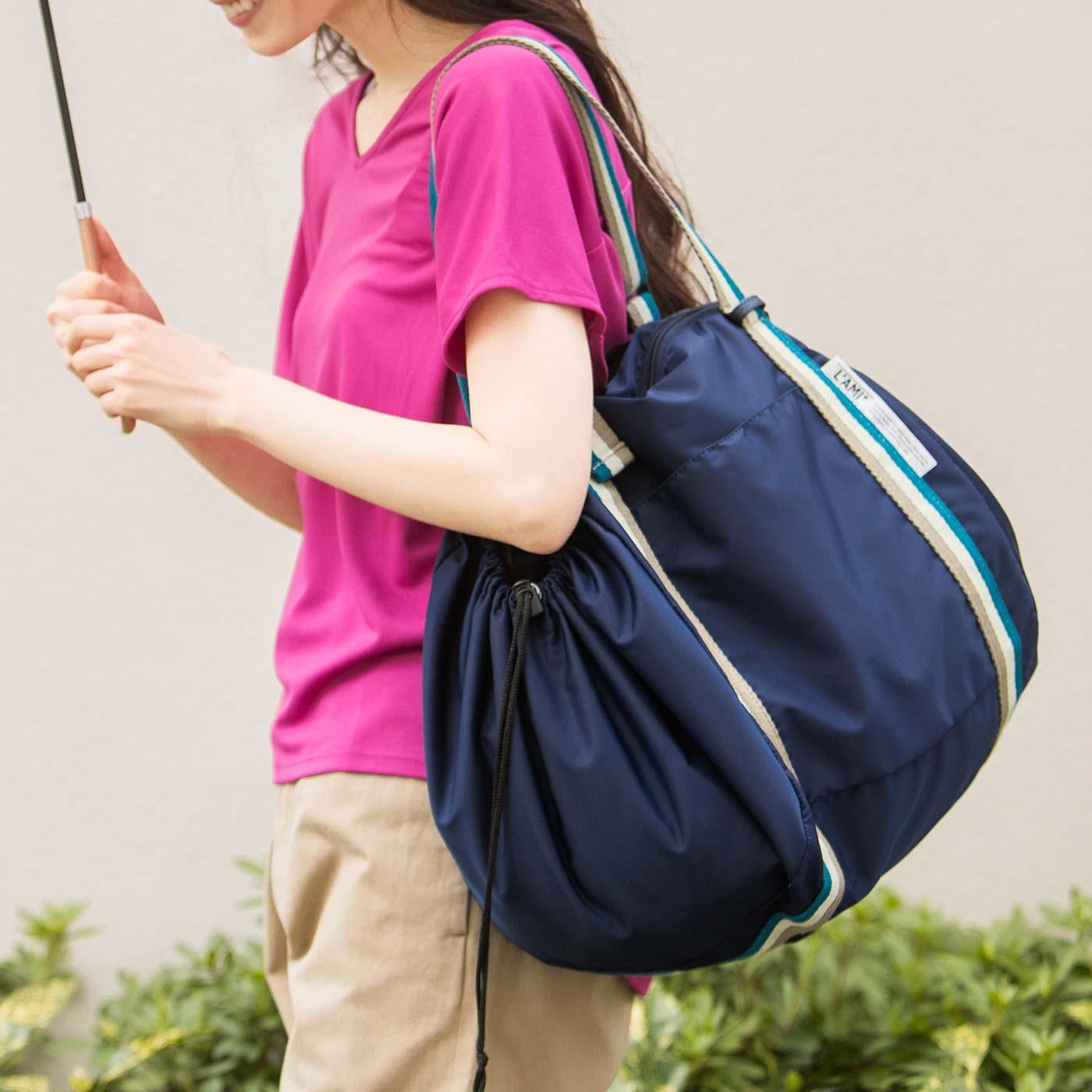 コロンと丸いショルダーバッグに変身。大容量でも肩かけだから、らくらく。