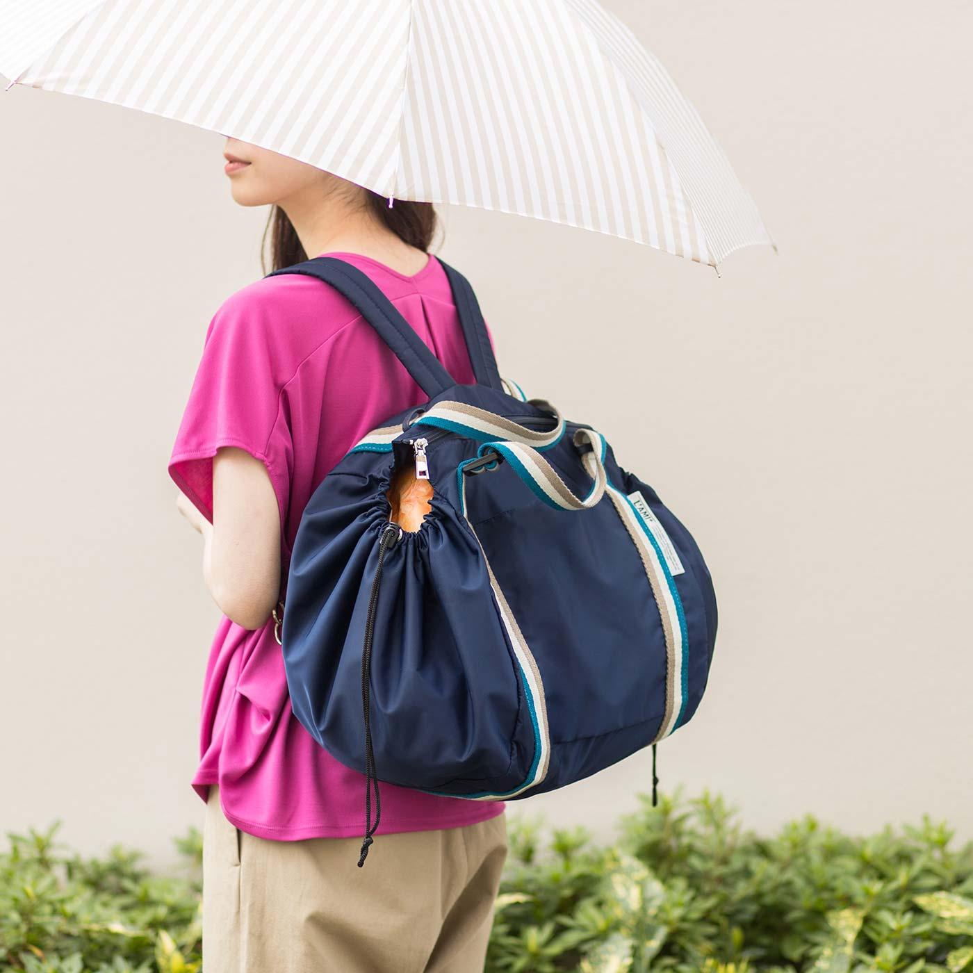 リュックにして背負って。雨の日など、傘からリュックがはみだしていても撥水生地だからぬれても大丈夫。