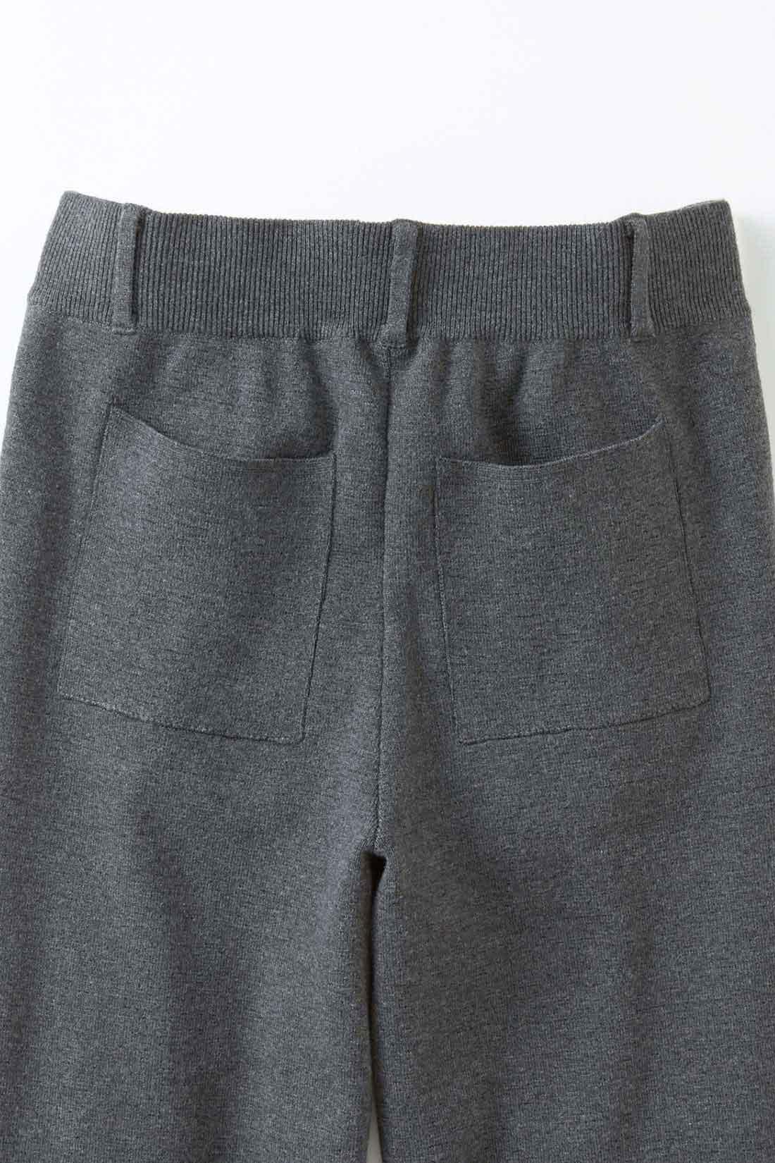 バックの四角ポケット。 存在感のある後ろポケットでヒップラインをおしゃれにカバー。 ※お届けするカラーとは異なります。