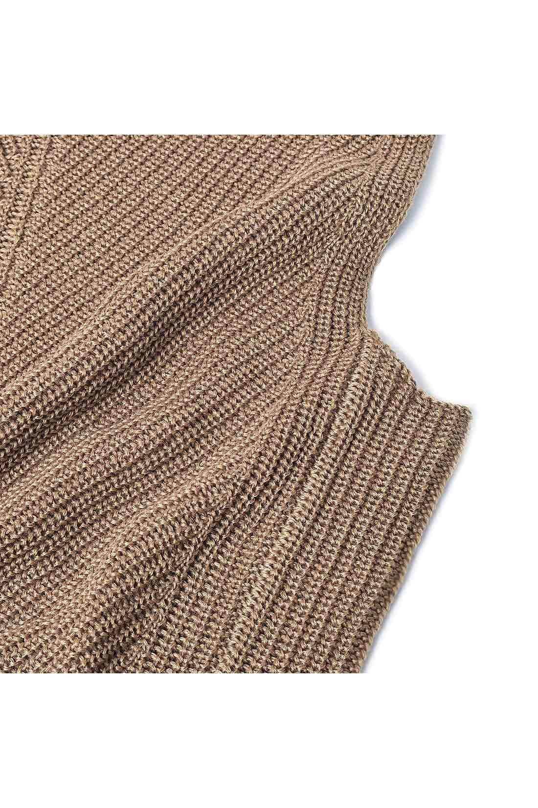 ウール混のふっくら暖かな素材 しっかりと厚みのあるウール混のニット。フロントのV字の編み地とサイドの縦長を強調するIラインのリブが細見せをかなえます。