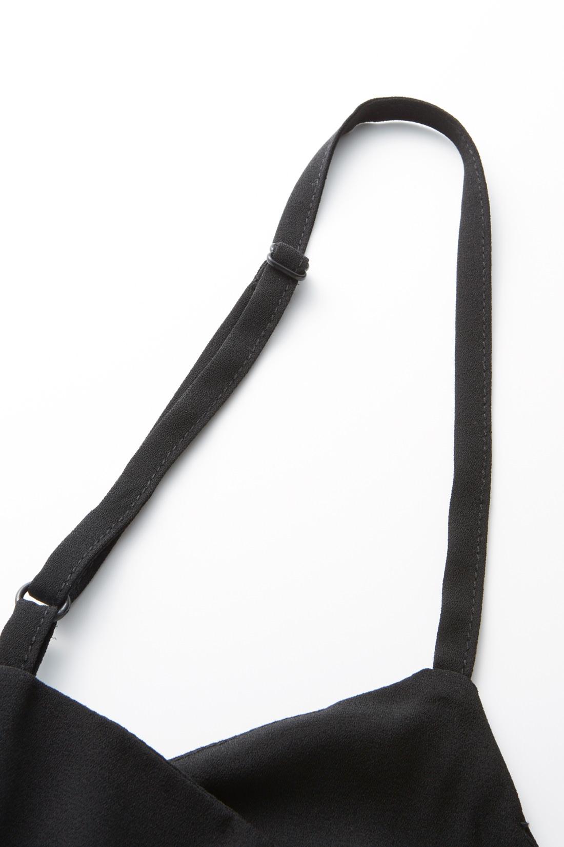 肩ひもは長さ調整可能 重ねるアイテムや身長に応じて、長さを変えてフィット感を調整できるアジャスター仕様。